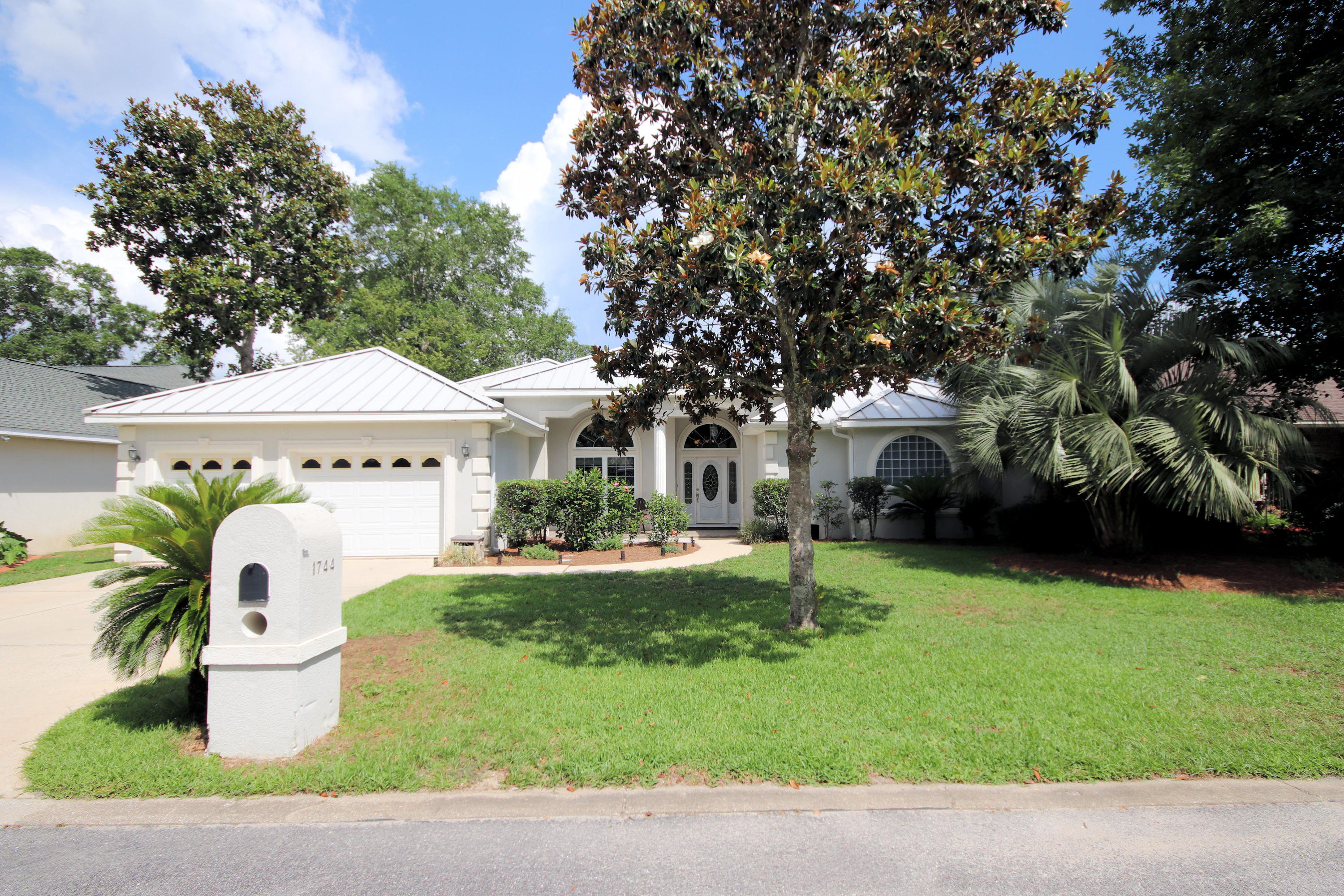 A 4 Bedroom 3 Bedroom Magnolia Forest S/d Home
