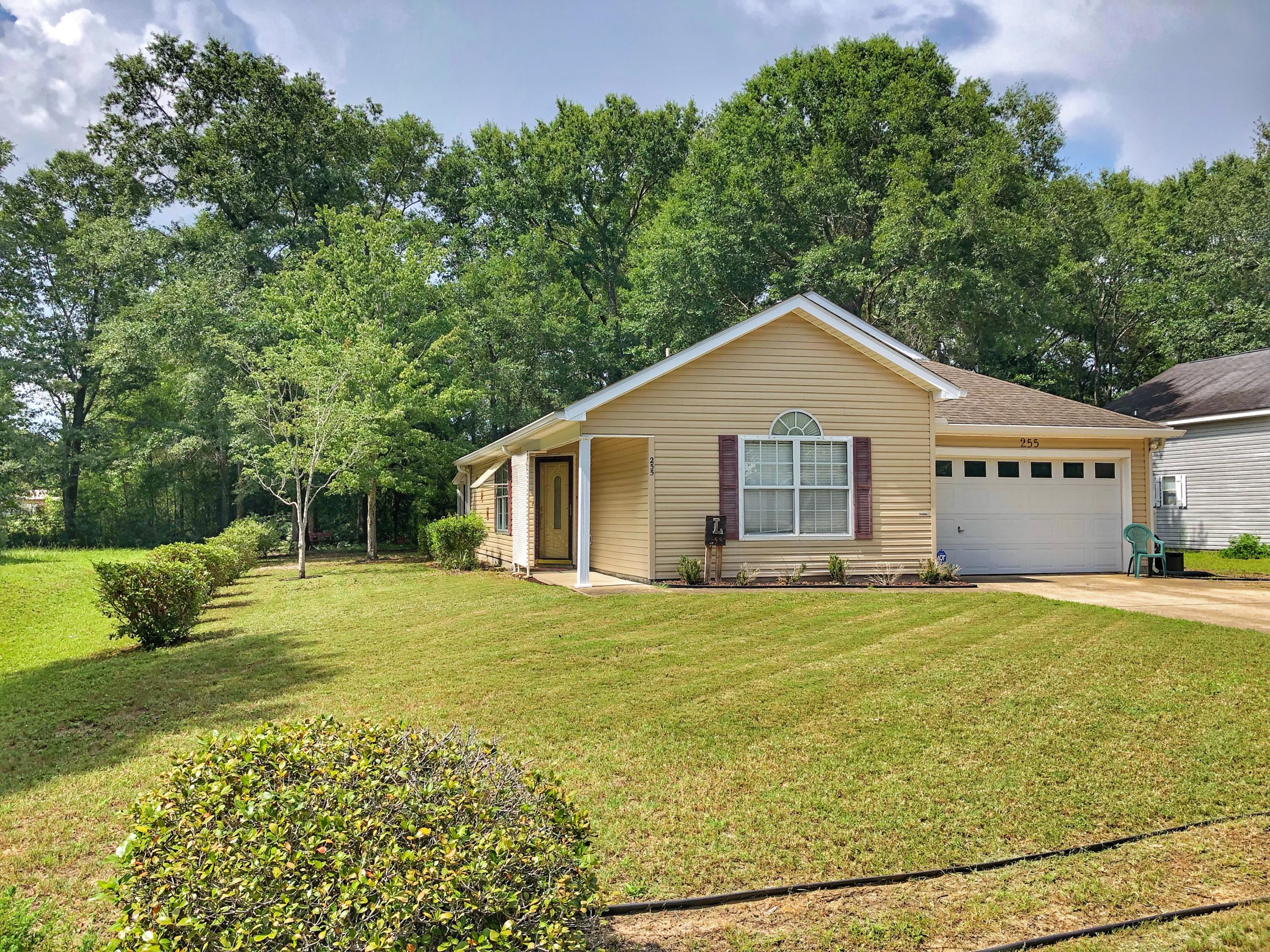 Photo of home for sale at 255 Timber Wind, Defuniak Springs FL