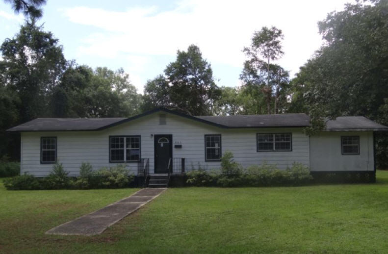 Photo of home for sale at 807 Chestnut, Crestview FL