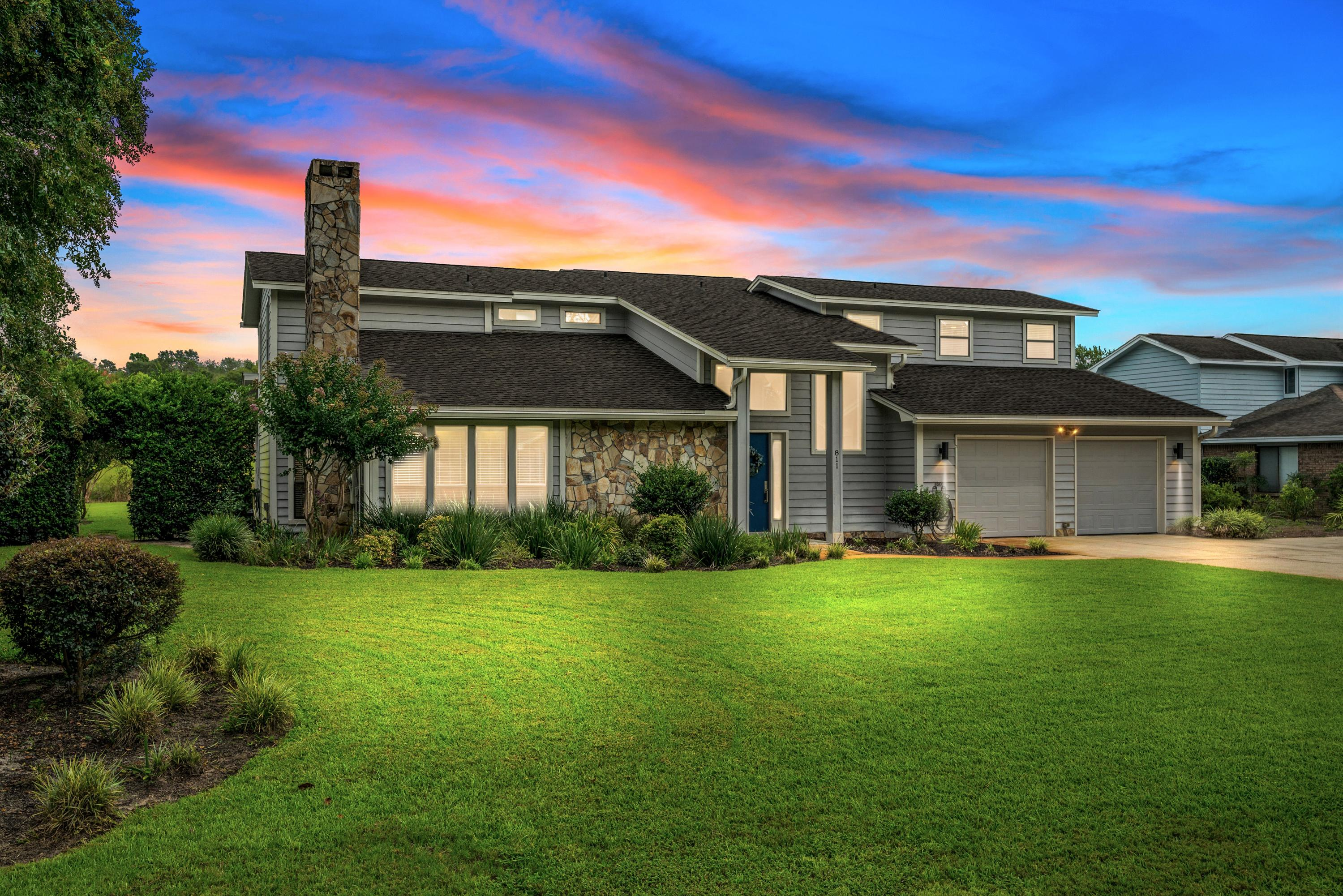 Photo of home for sale at 811 Turnberry, Niceville FL