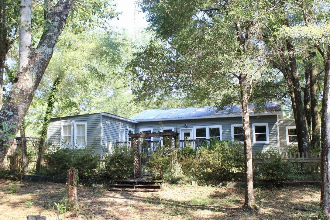 Photo of home for sale at 439 Davis, Defuniak Springs FL