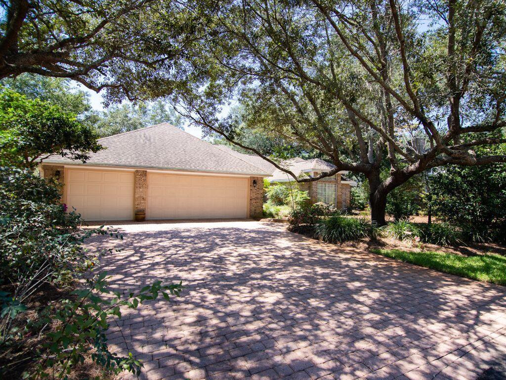 Photo of home for sale at 237 Windward Cv N, Niceville FL