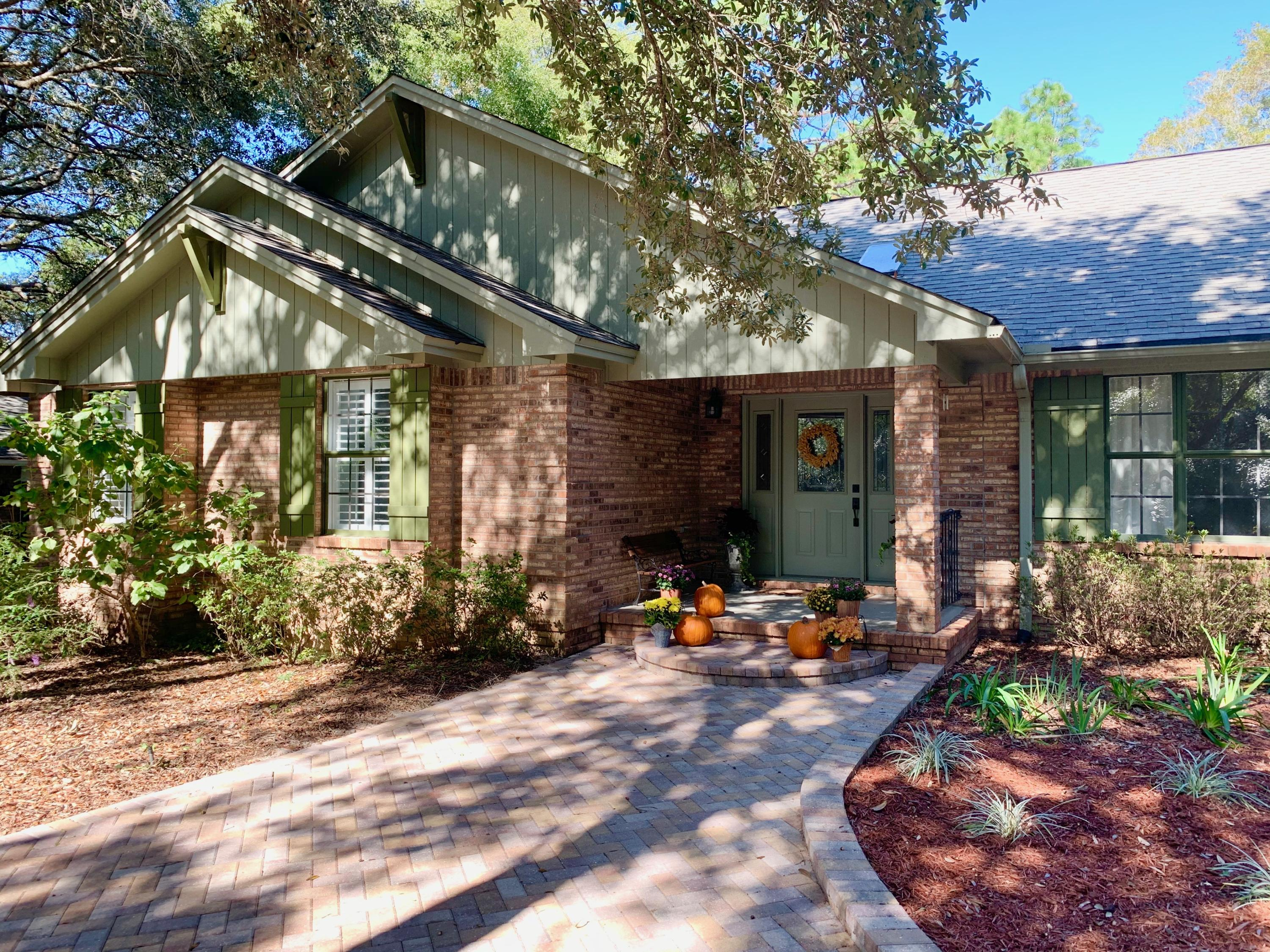 Photo of home for sale at 504 Golf Course, Niceville FL
