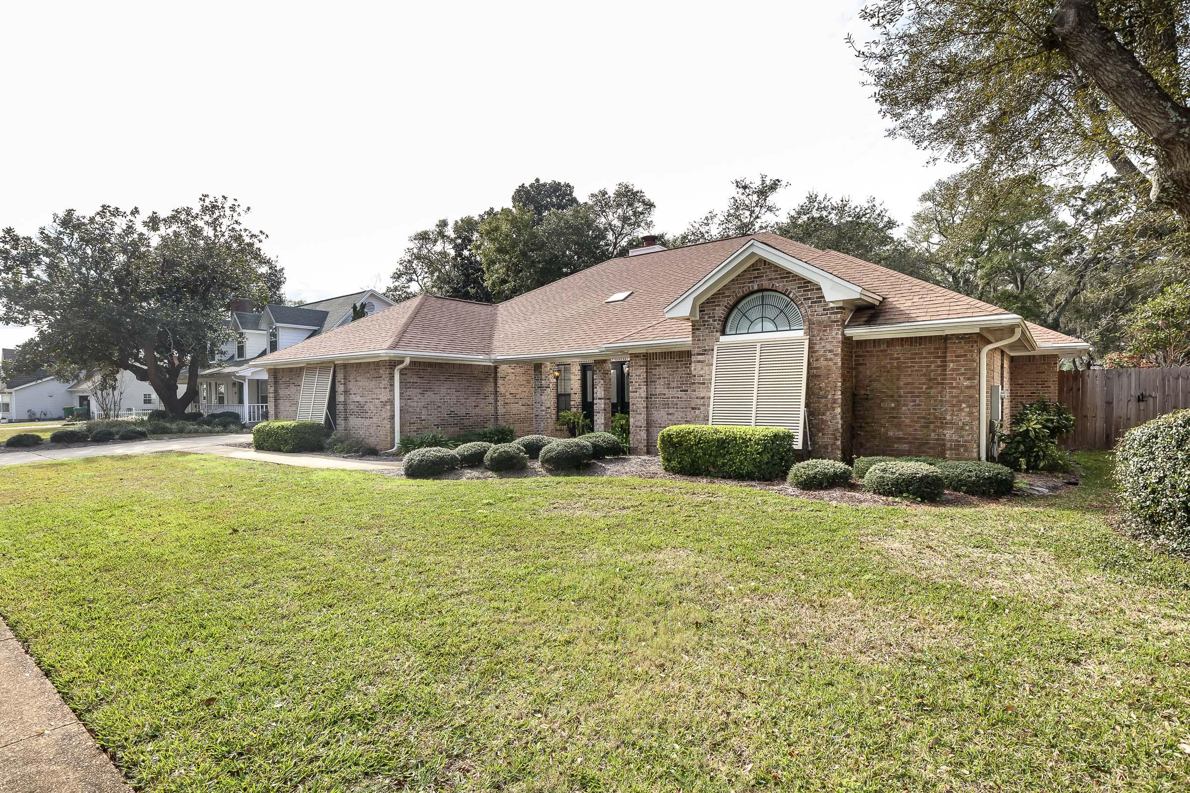 Photo of home for sale at 3 Sleepy Hollow, Mary Esther FL