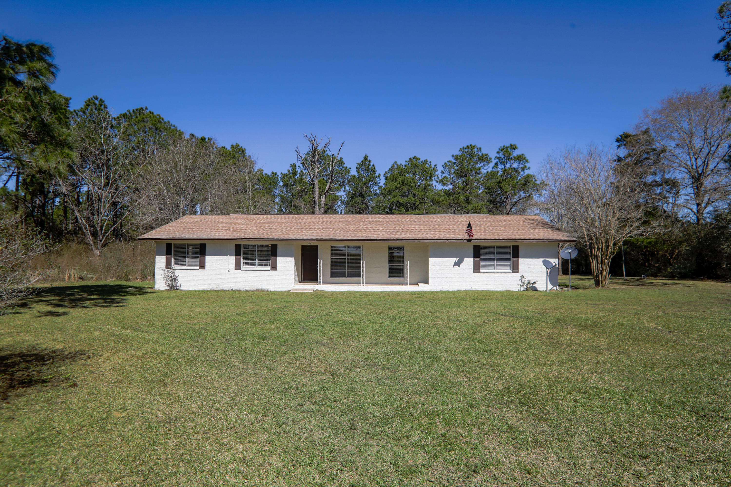 Photo of home for sale at 3761 County Highway 1084, Defuniak Springs FL
