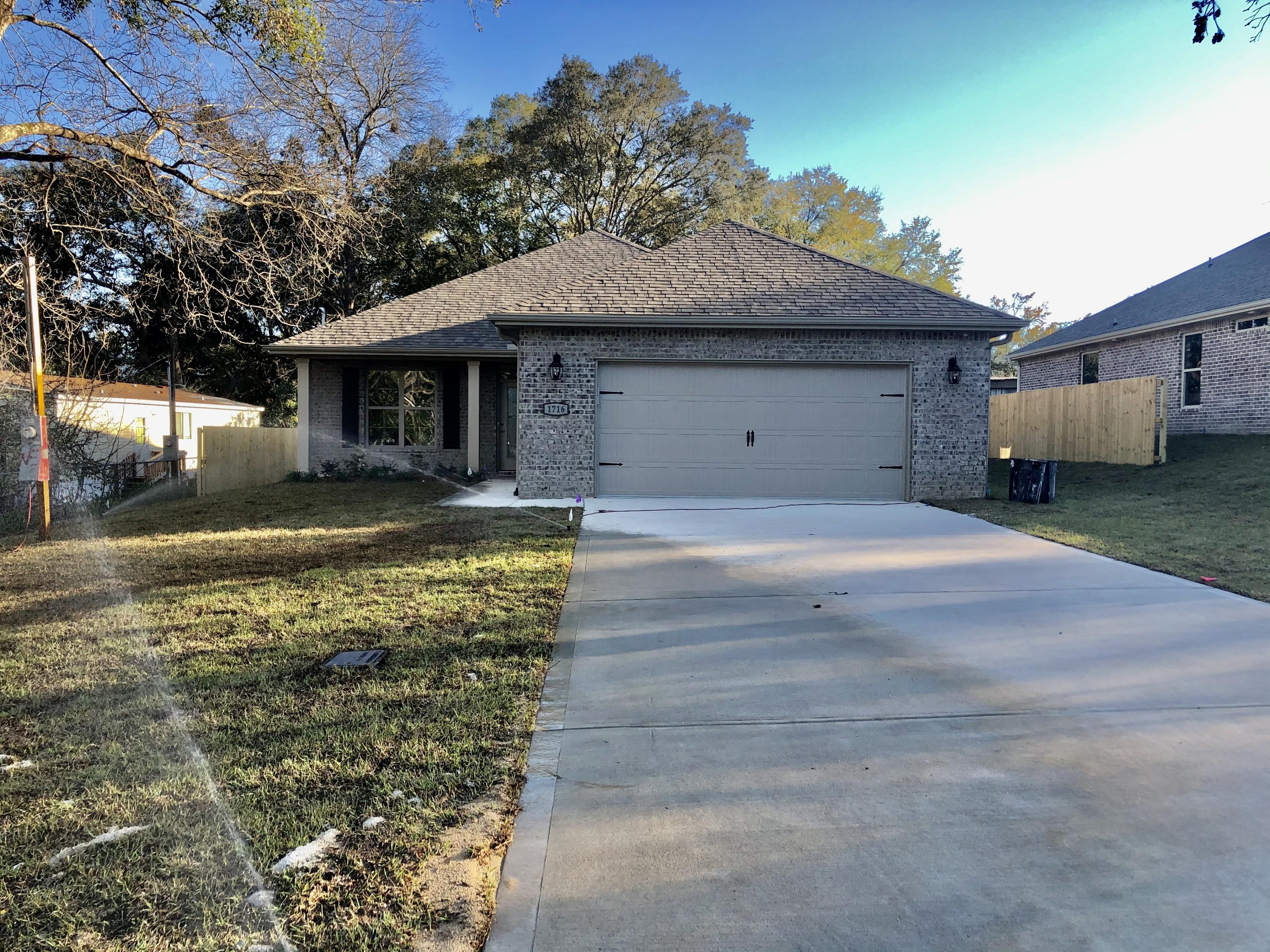 Photo of home for sale at 1716 26th, Niceville FL
