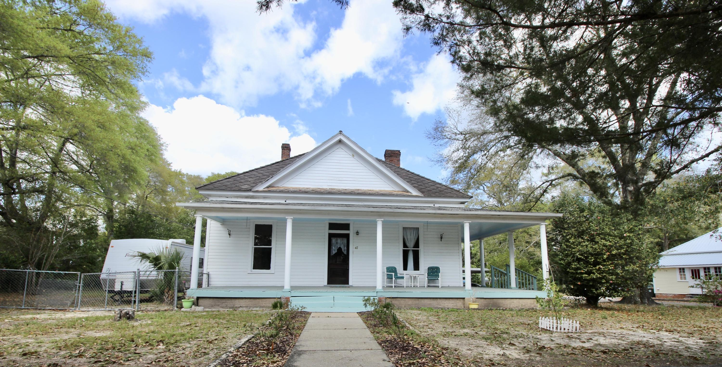 Photo of home for sale at 47 Live Oak, Defuniak Springs FL