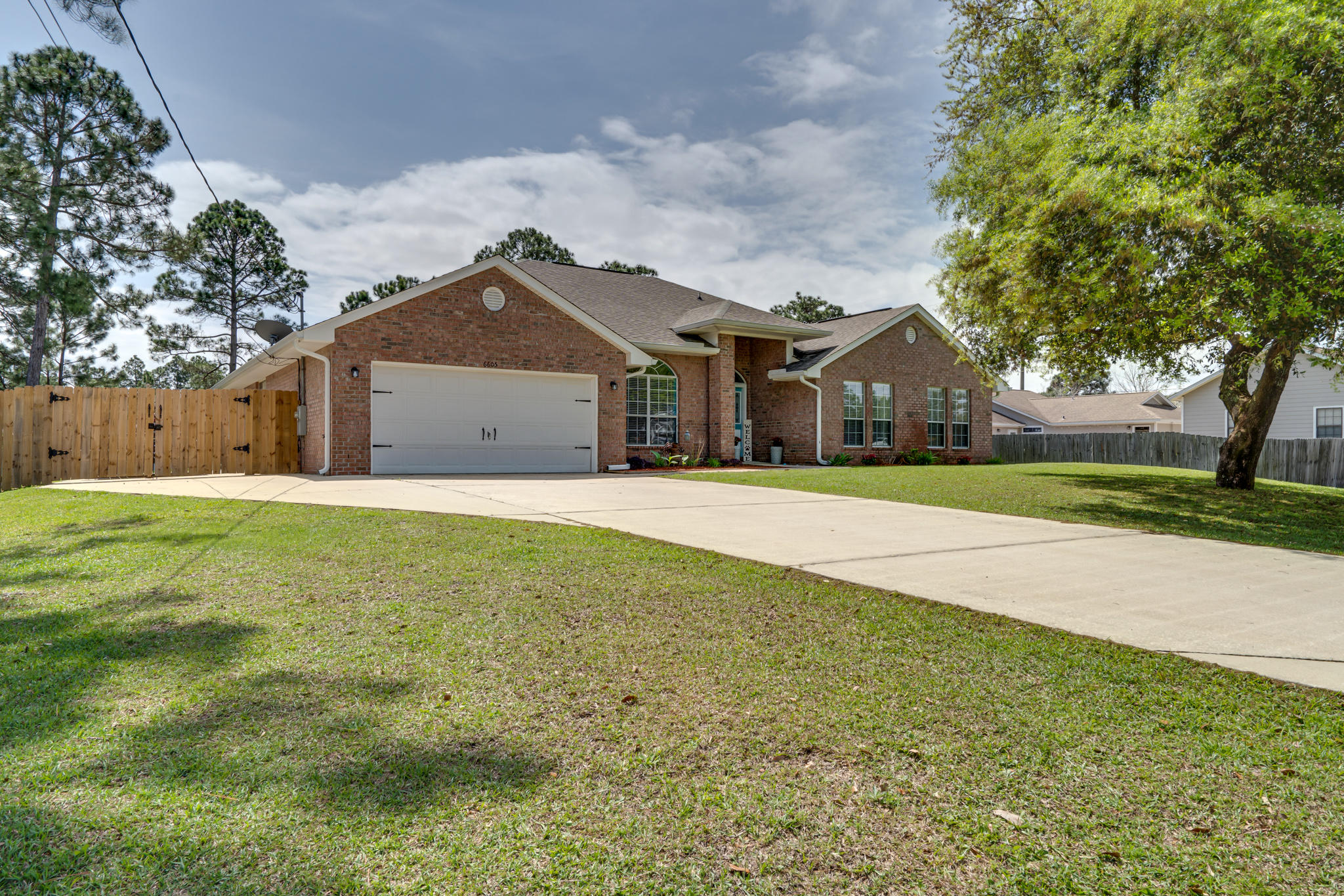 Photo of home for sale at 6605 Kempton, Navarre FL