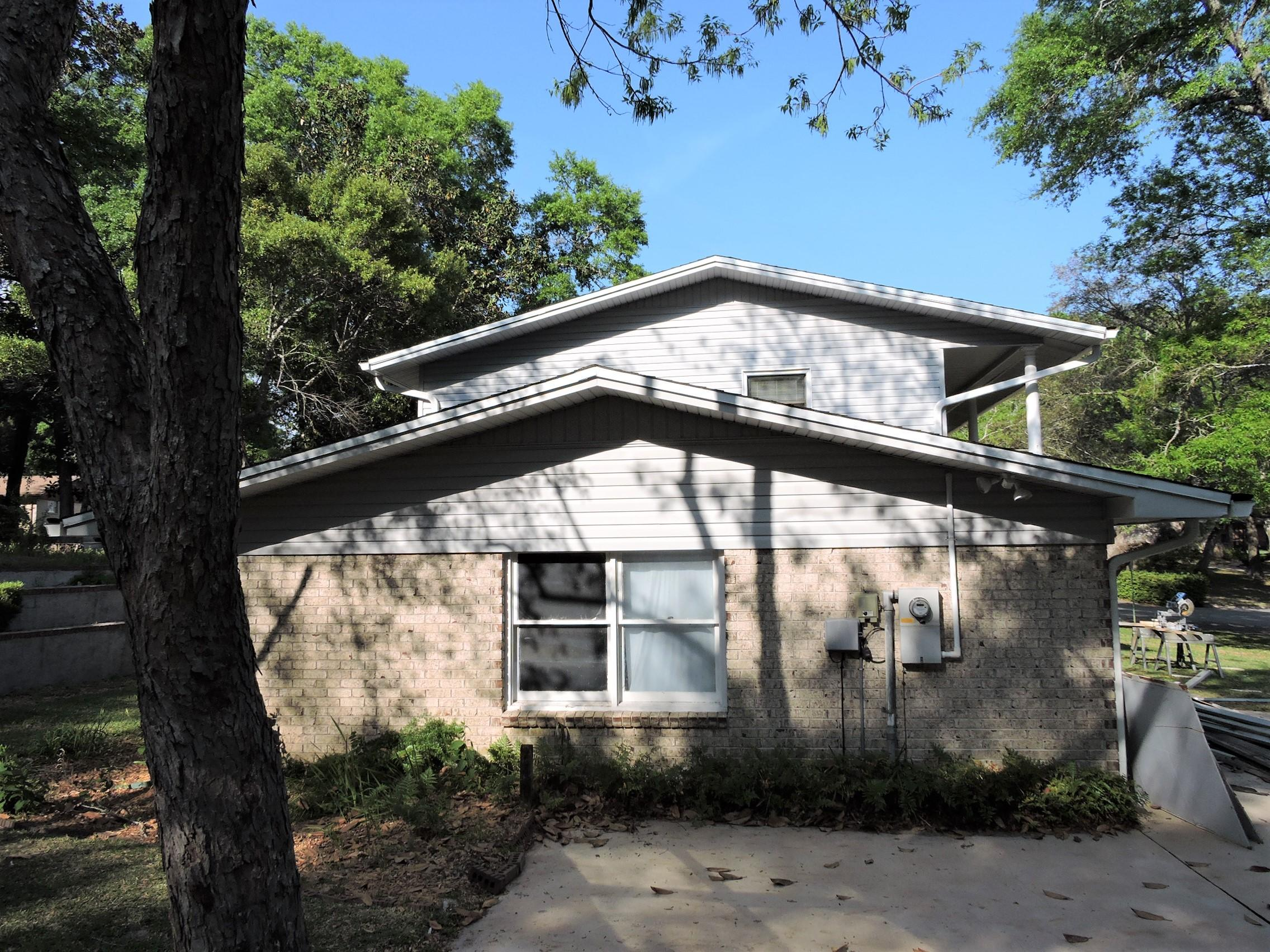 Photo of home for sale at 2408 Edgewater, Niceville FL