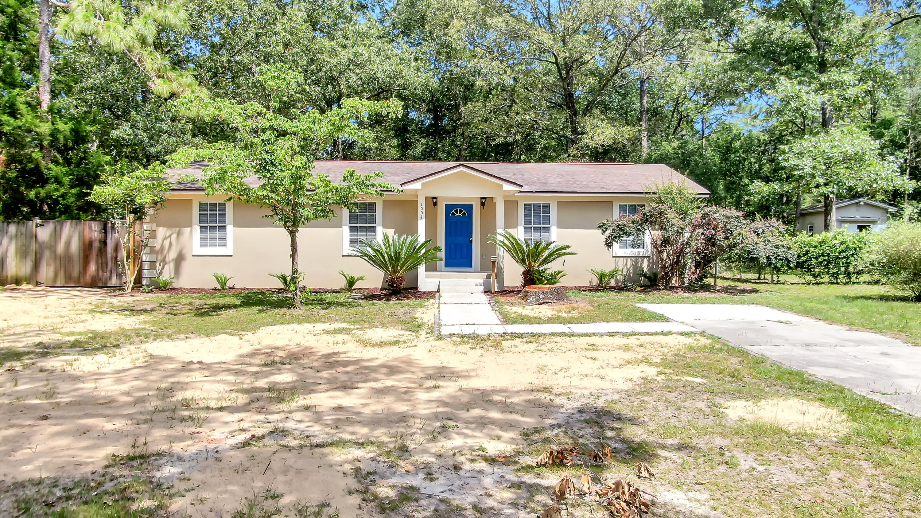 Photo of home for sale at 1004 Kings Lake, Defuniak Springs FL