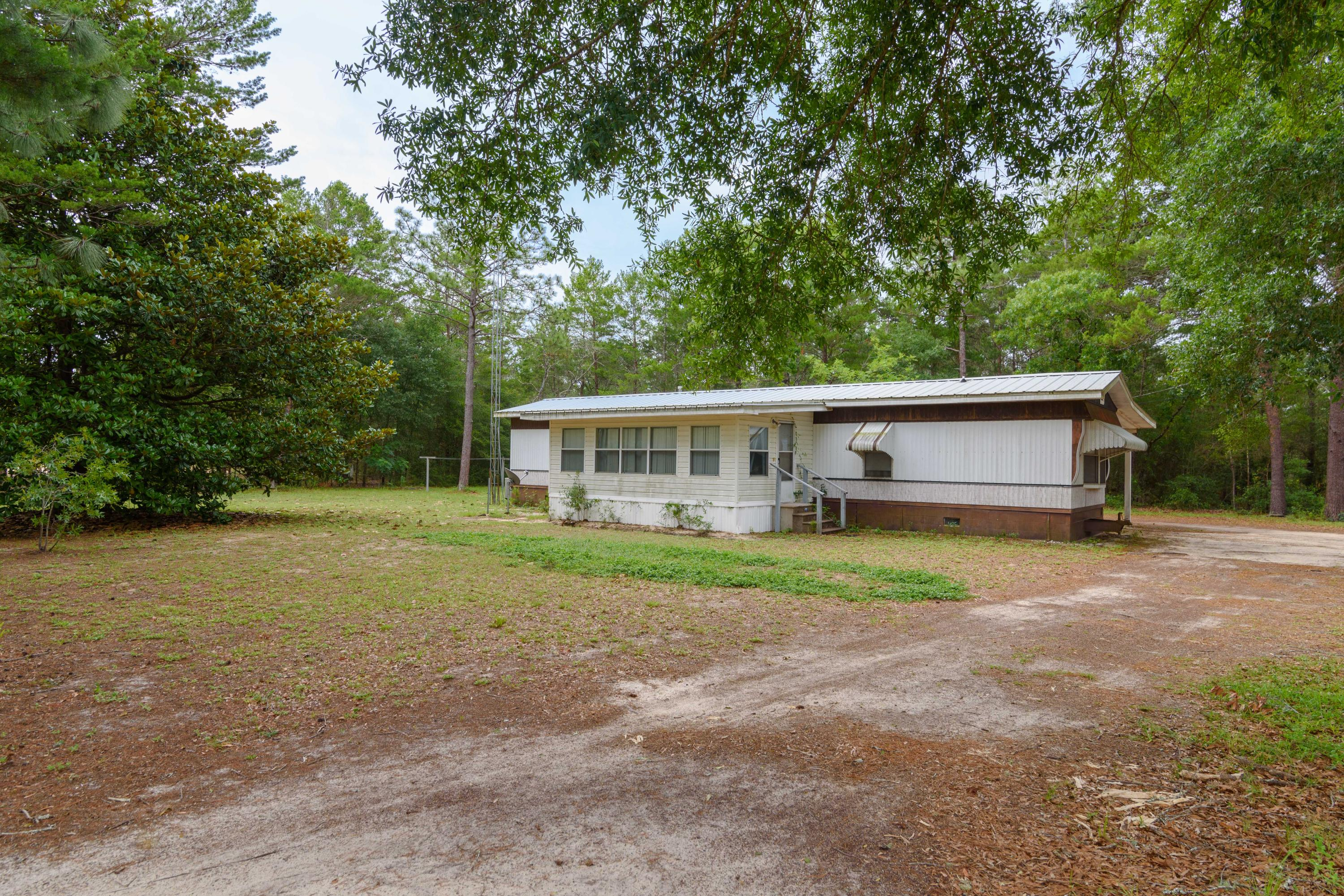 Photo of home for sale at 18 Cornflower, Defuniak Springs FL