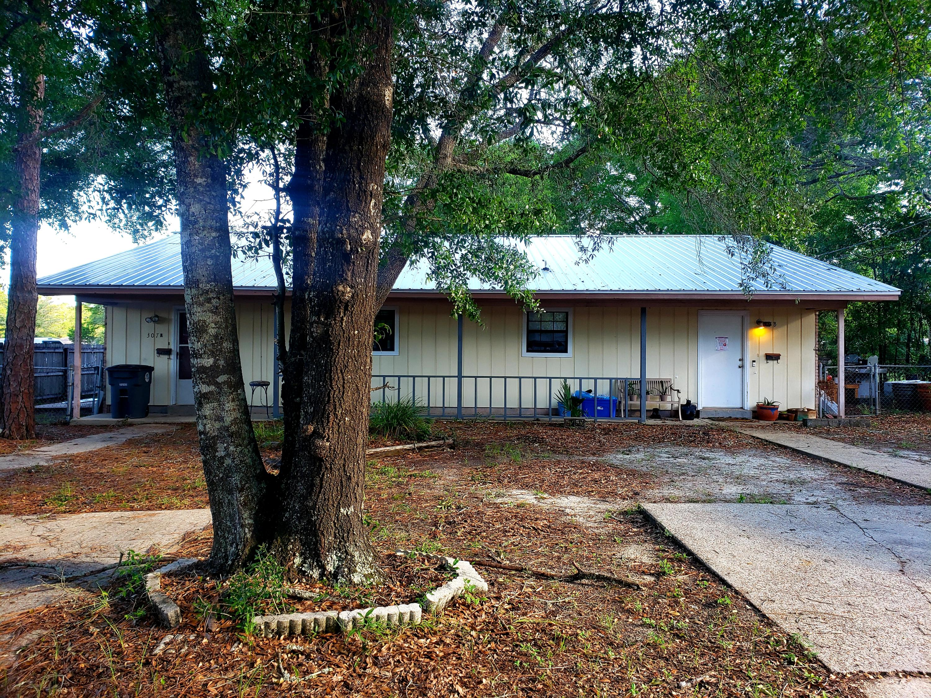 Photo of home for sale at 307 Lincoln, Valparaiso FL