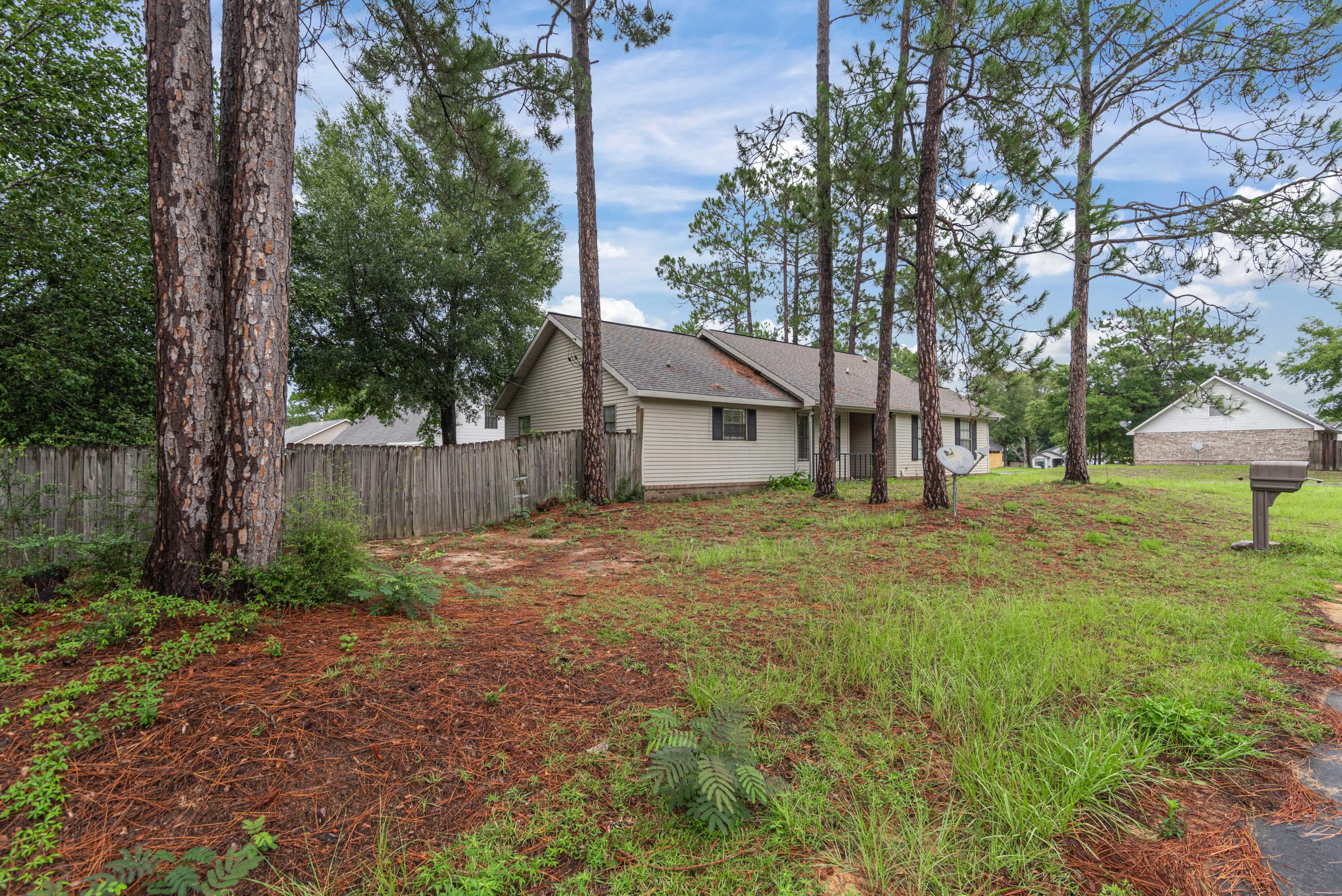 Photo of home for sale at 102 Oak Terrace, Crestview FL