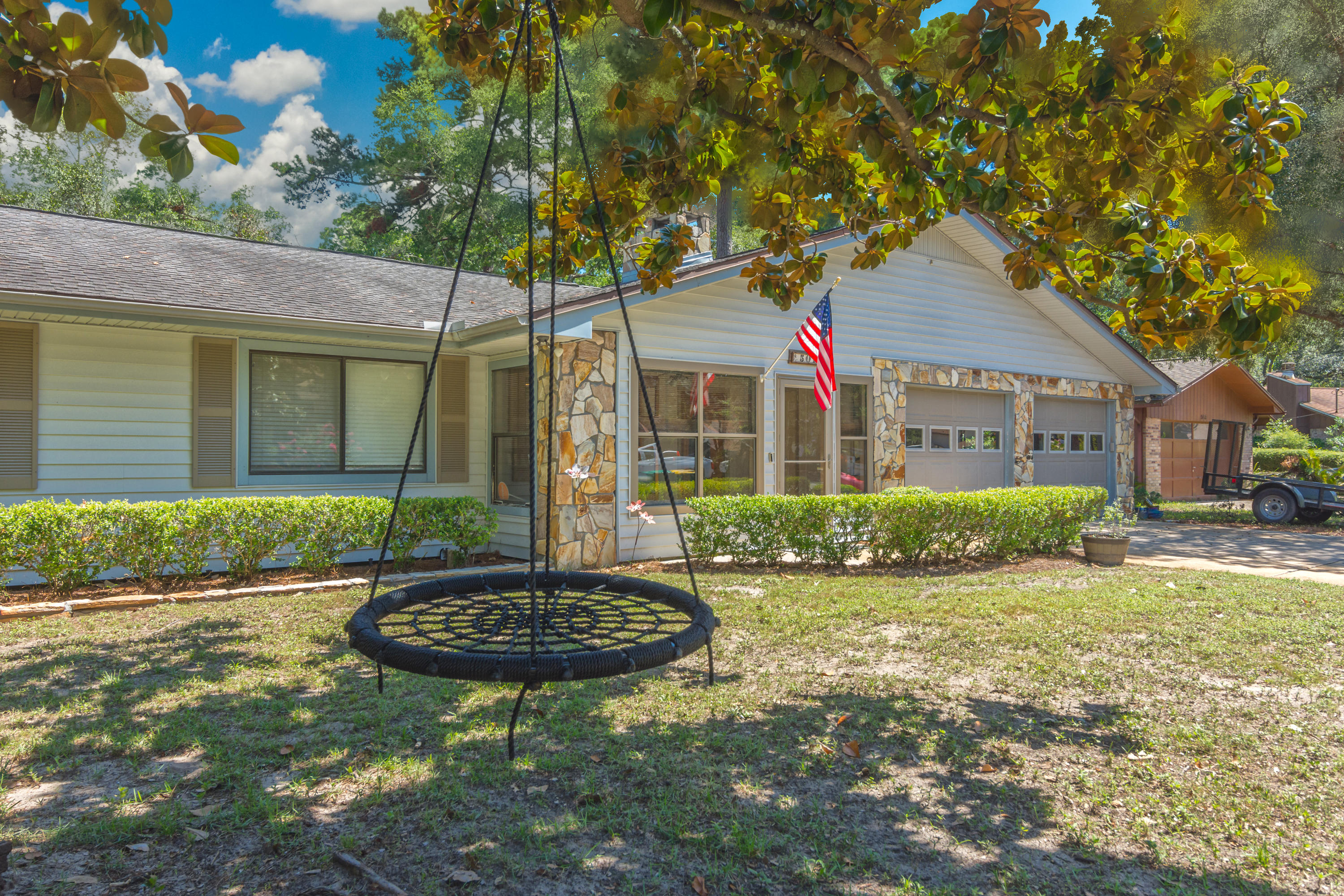 Photo of home for sale at 501 Moss Oak, Niceville FL
