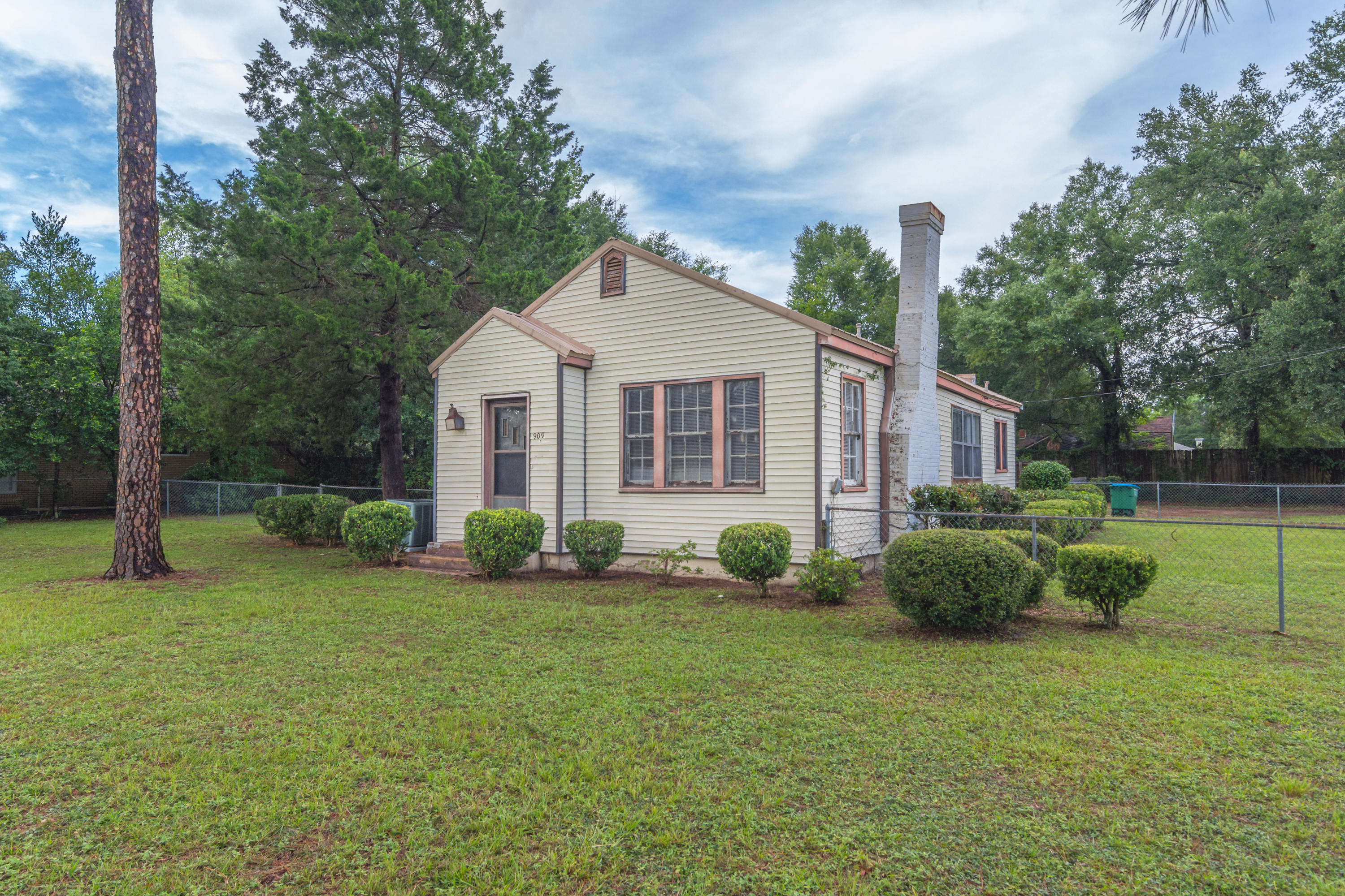 Photo of home for sale at 909 Mapoles, Crestview FL