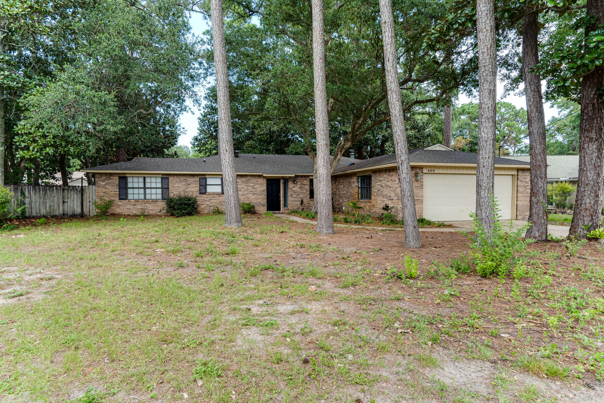 Photo of home for sale at 609 Pinecone, Niceville FL