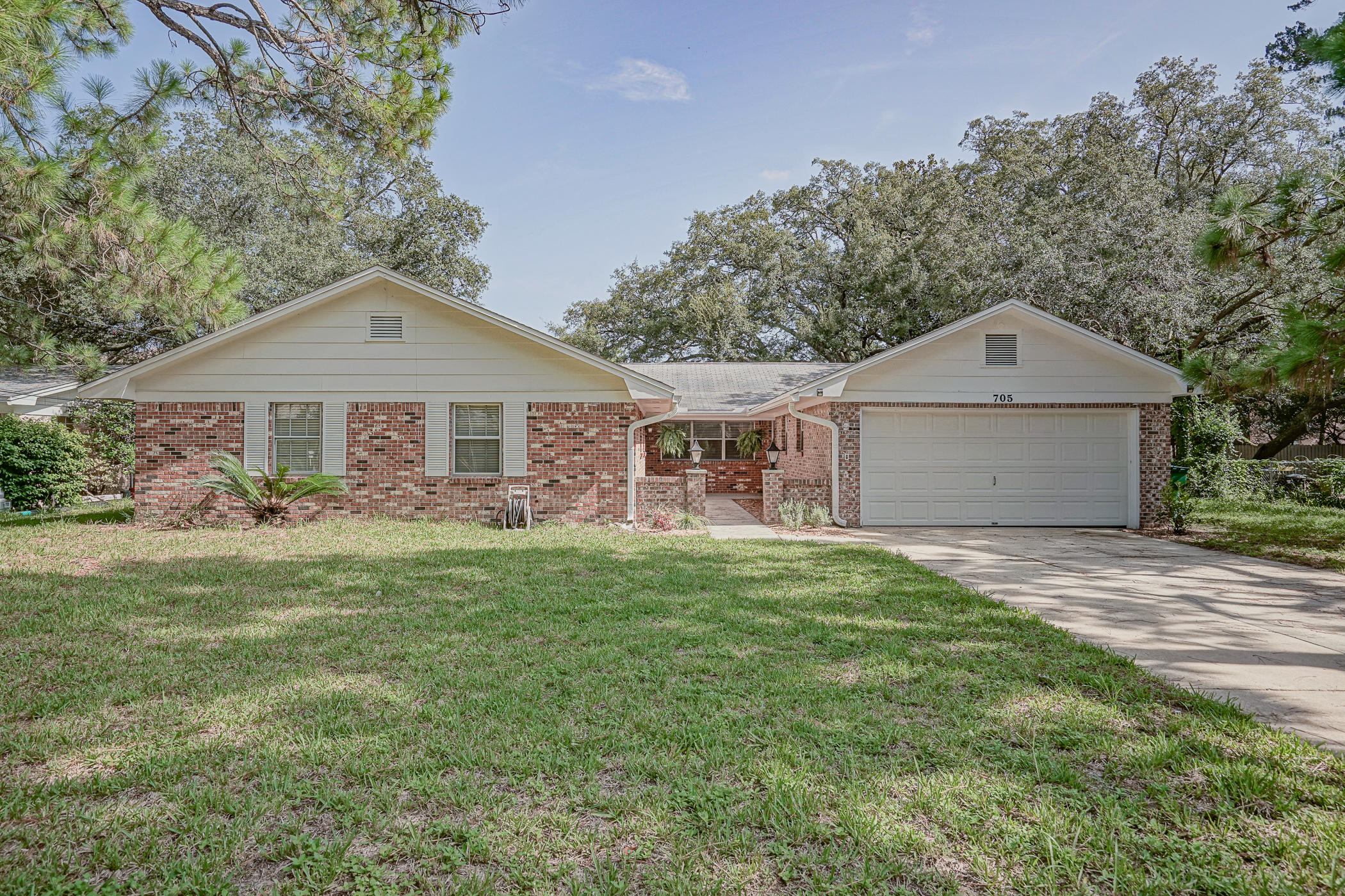 Photo of home for sale at 705 Bradford, Fort Walton Beach FL