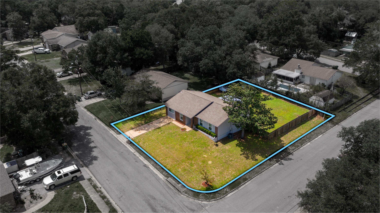 Photo of home for sale at 401 Larkspur, Niceville FL