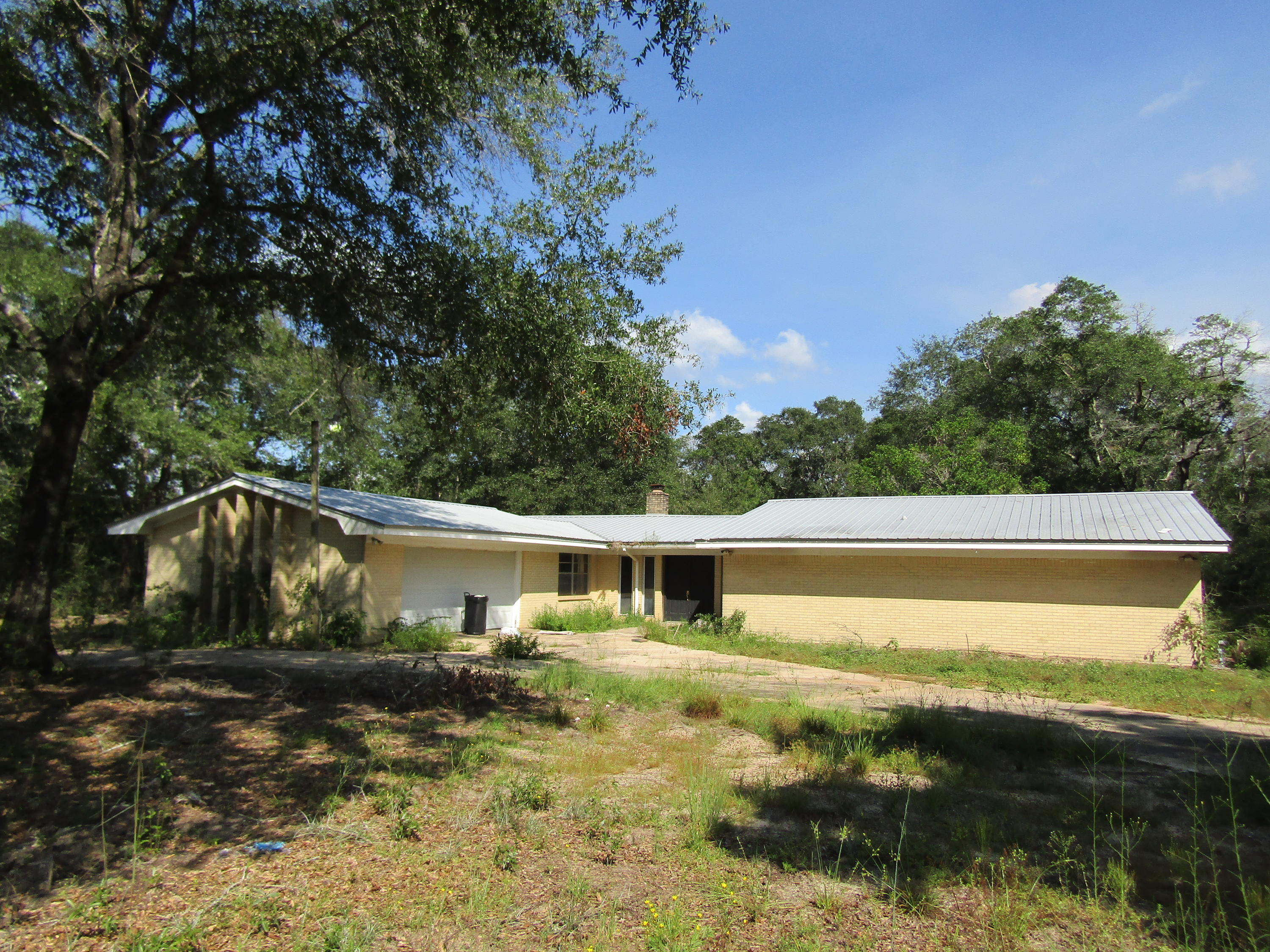 Photo of home for sale at 86 Peacock Road, Defuniak Springs FL