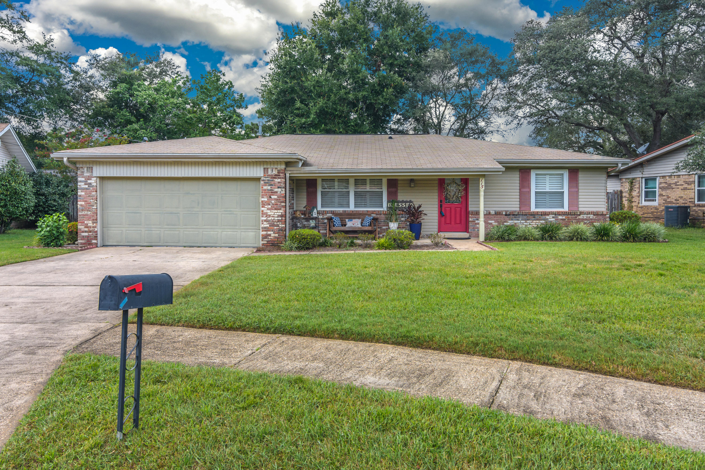 Photo of home for sale at 115 Alan A Dale, Niceville FL