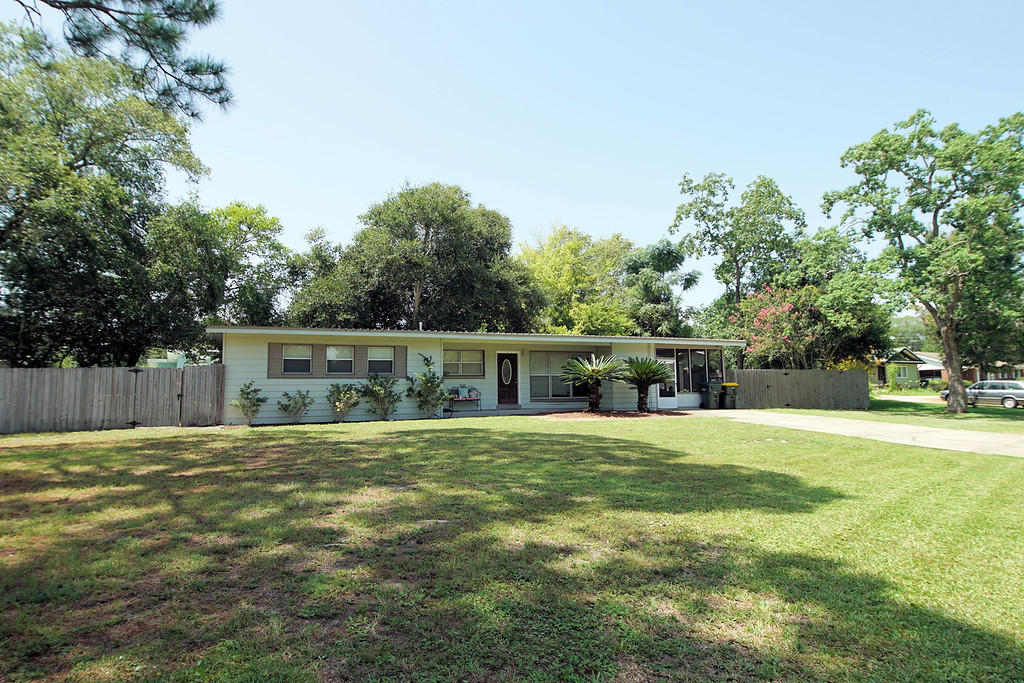 Photo of home for sale at 52 Iowa, Fort Walton Beach FL