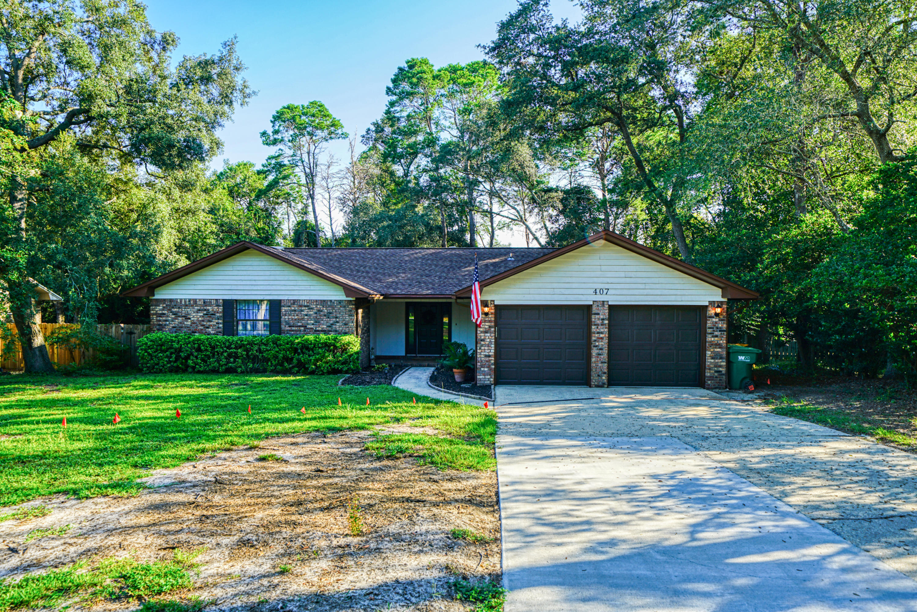 Photo of home for sale at 407 Martinique, Niceville FL