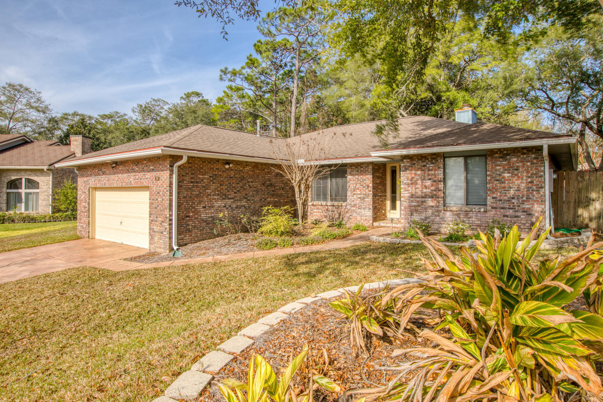 Photo of home for sale at 218 Yellow Pine, Niceville FL
