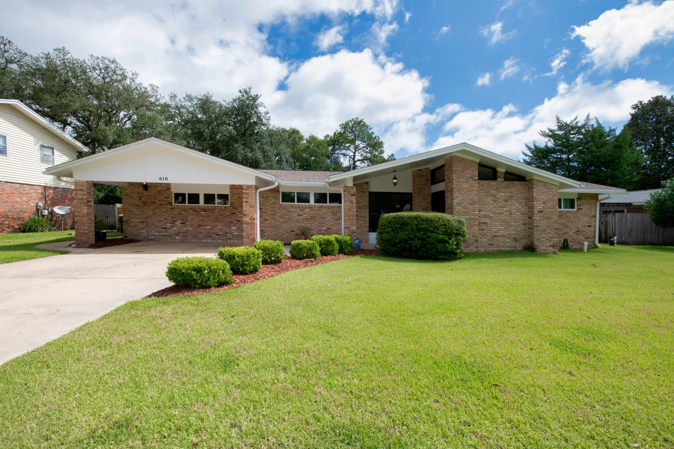 Photo of home for sale at 618 Merioneth, Fort Walton Beach FL