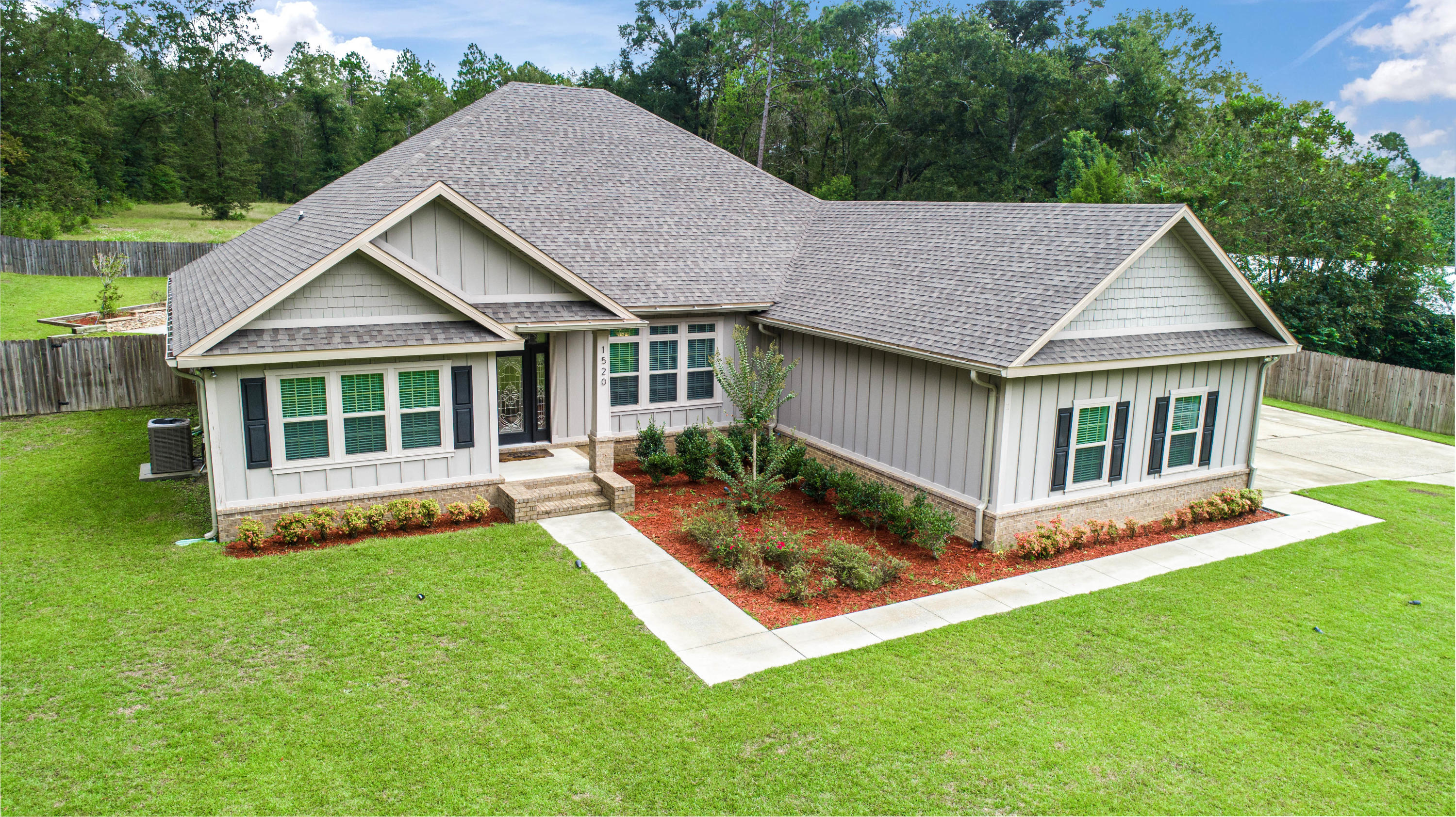 Photo of home for sale at 1520 Nearing Hills Circle, Chipley FL