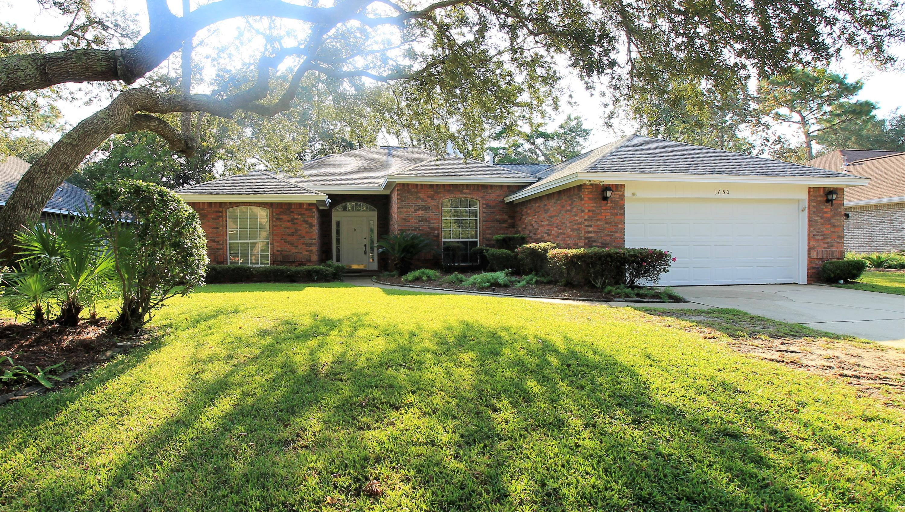 Photo of home for sale at 1650 Parkside, Niceville FL