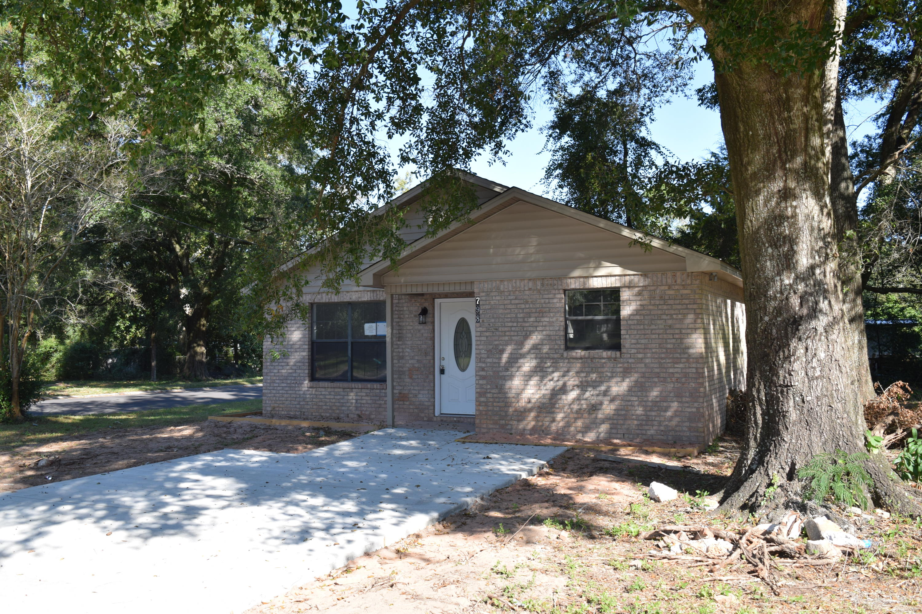 Photo of home for sale at 798 Walnut, Crestview FL