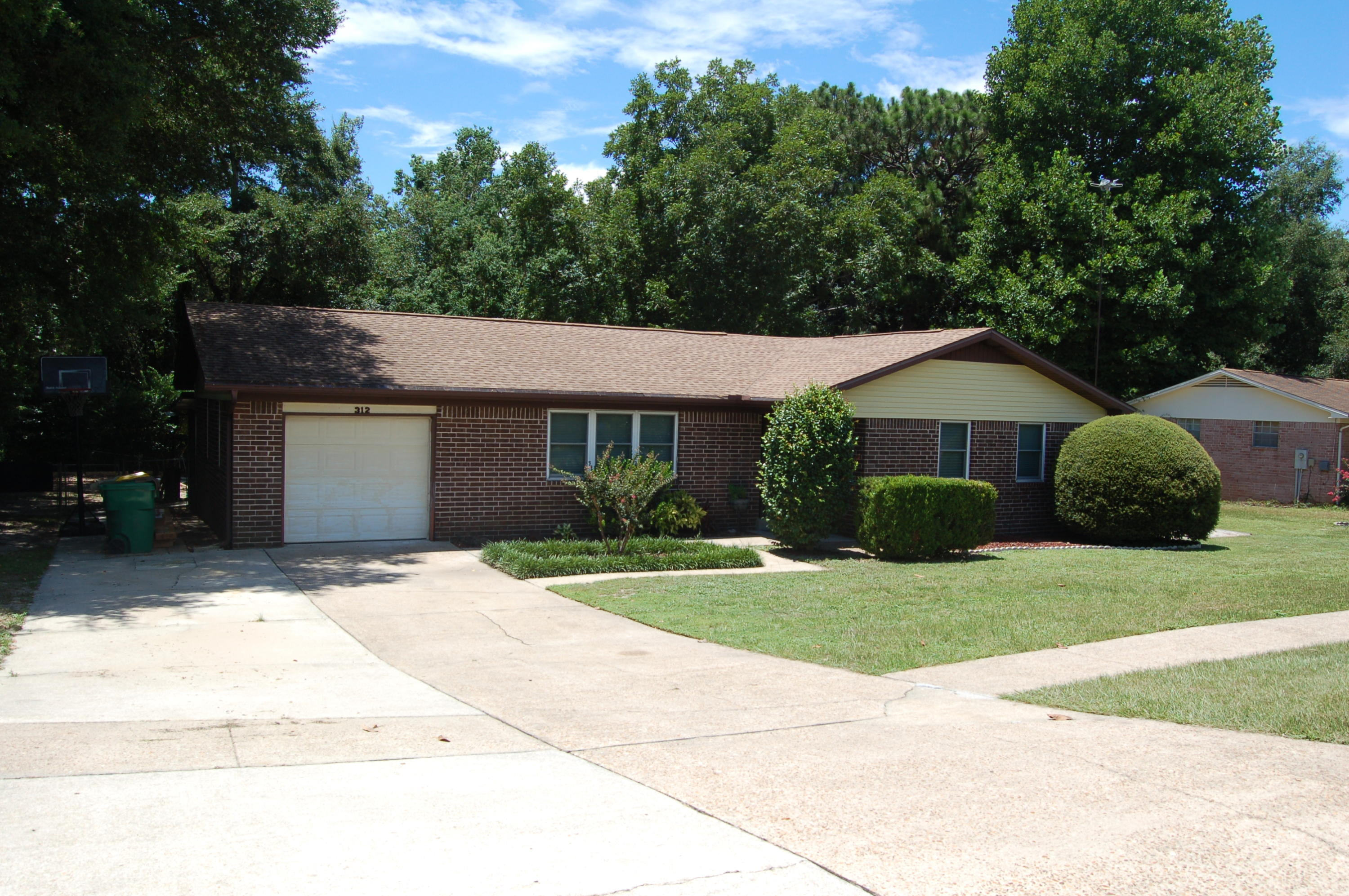 Photo of home for sale at 312 Mcewen, Niceville FL