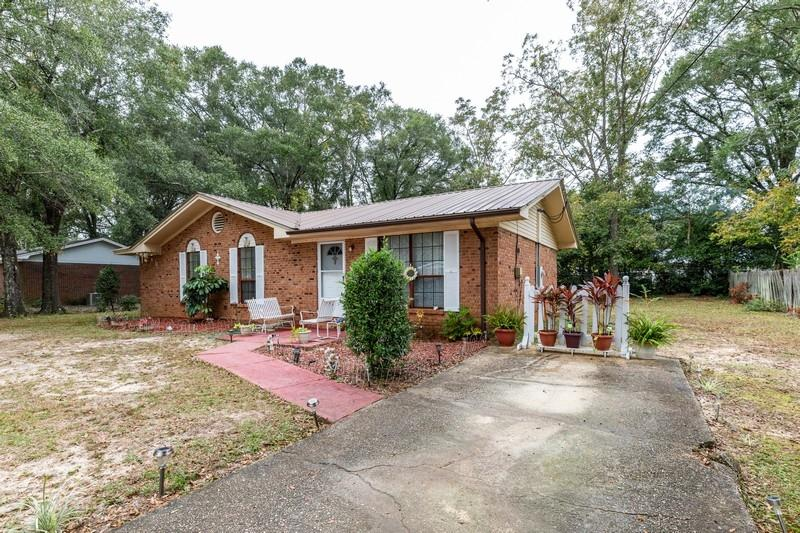 Photo of home for sale at 584 Robinson, Crestview FL