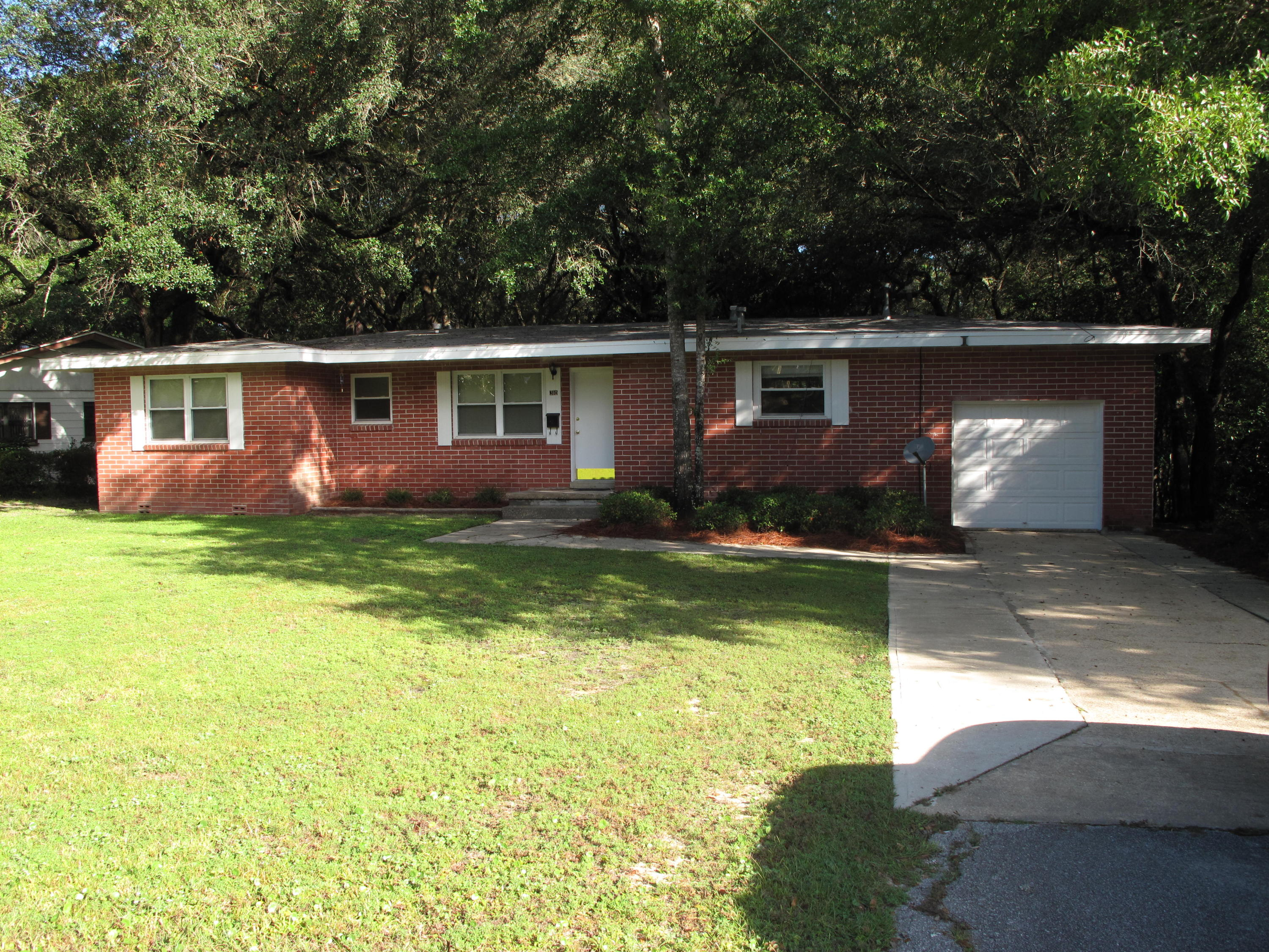 Photo of home for sale at 310 Edge, Valparaiso FL