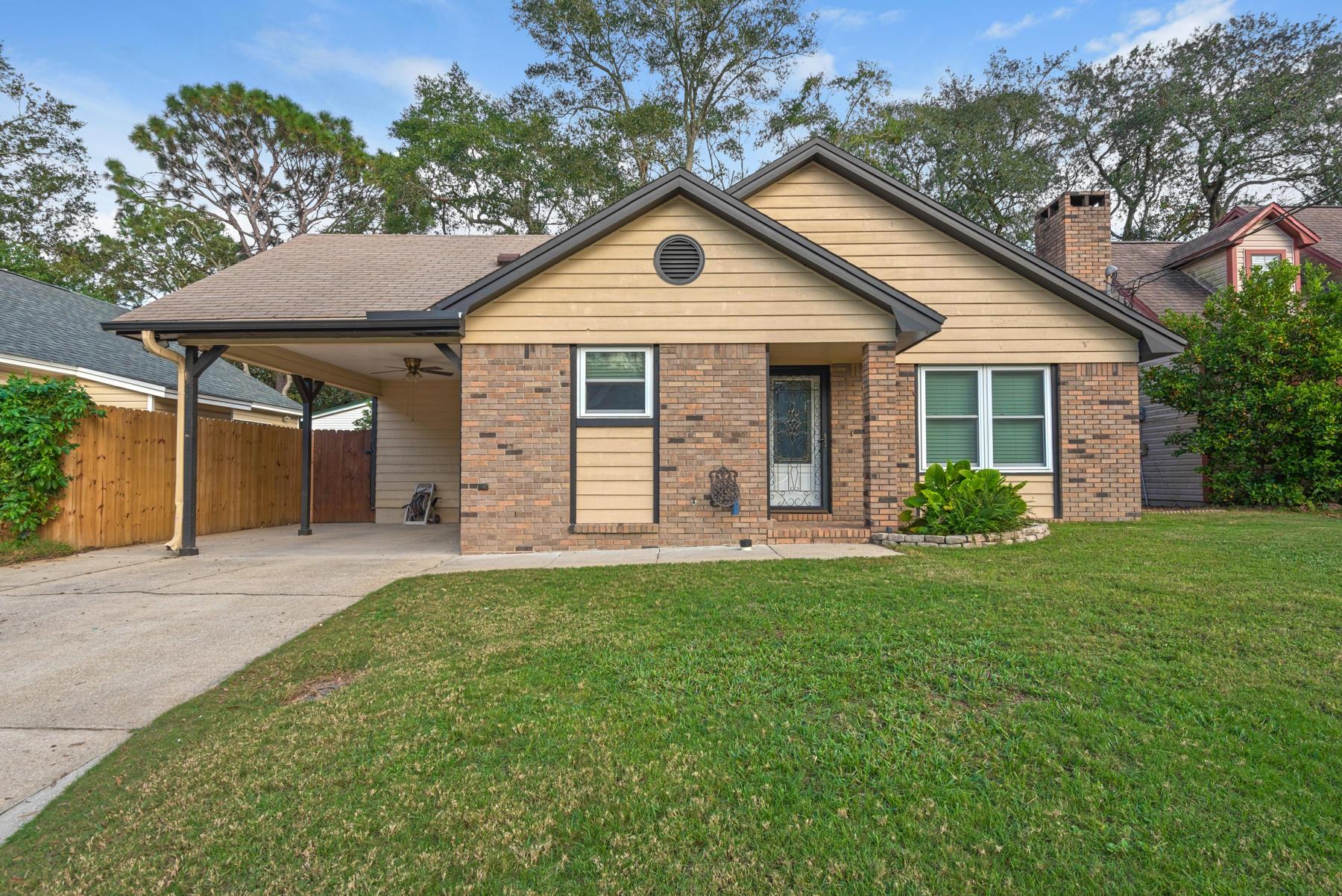 Photo of home for sale at 615 Lloyd, Fort Walton Beach FL