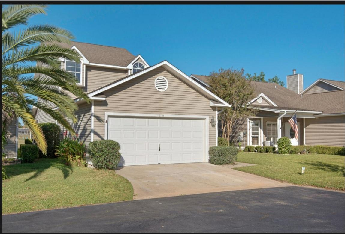 Photo of home for sale at 1105 Lionsgate, Gulf Breeze FL