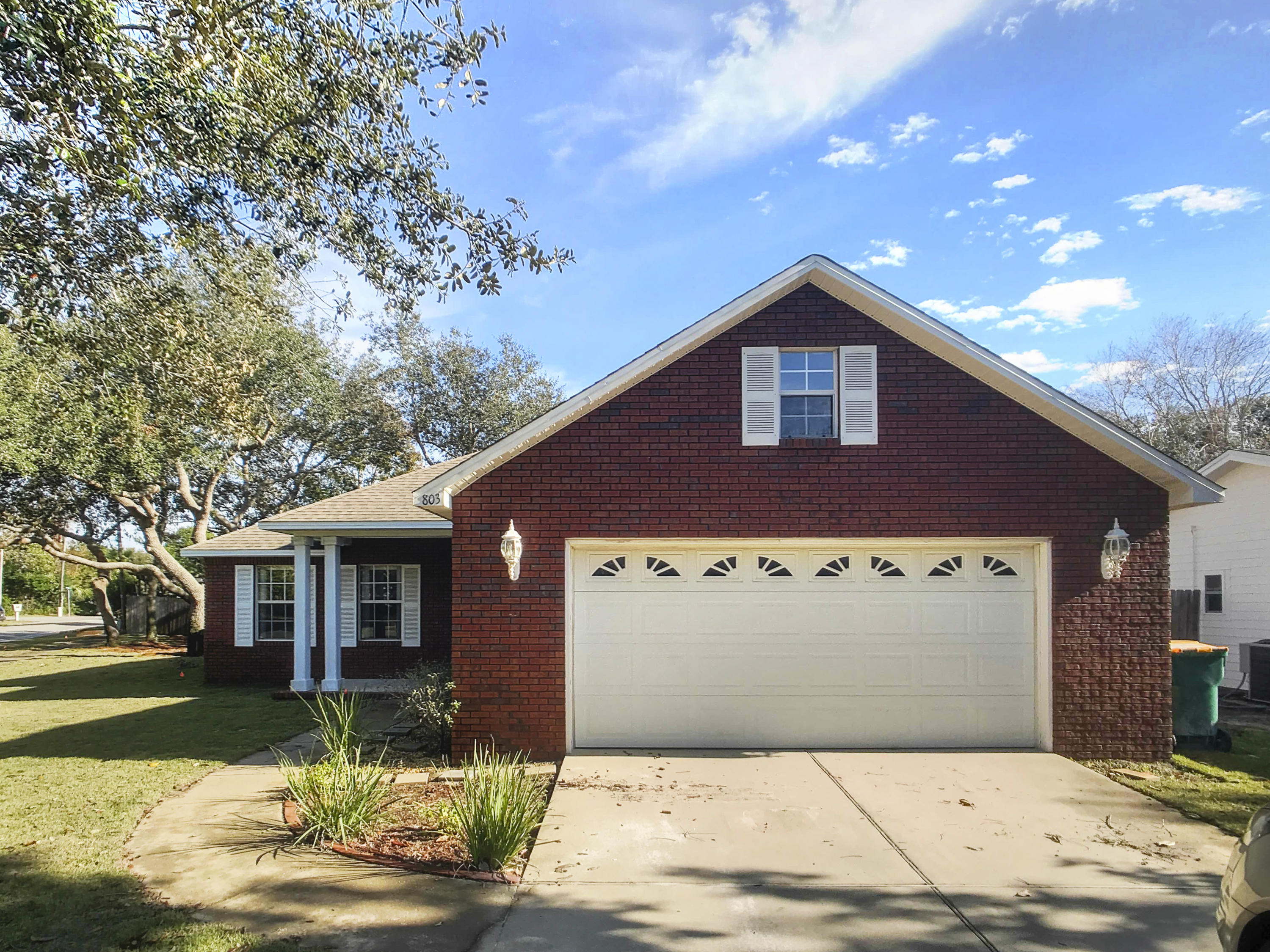 Photo of home for sale at 803 Lakeside, Destin FL