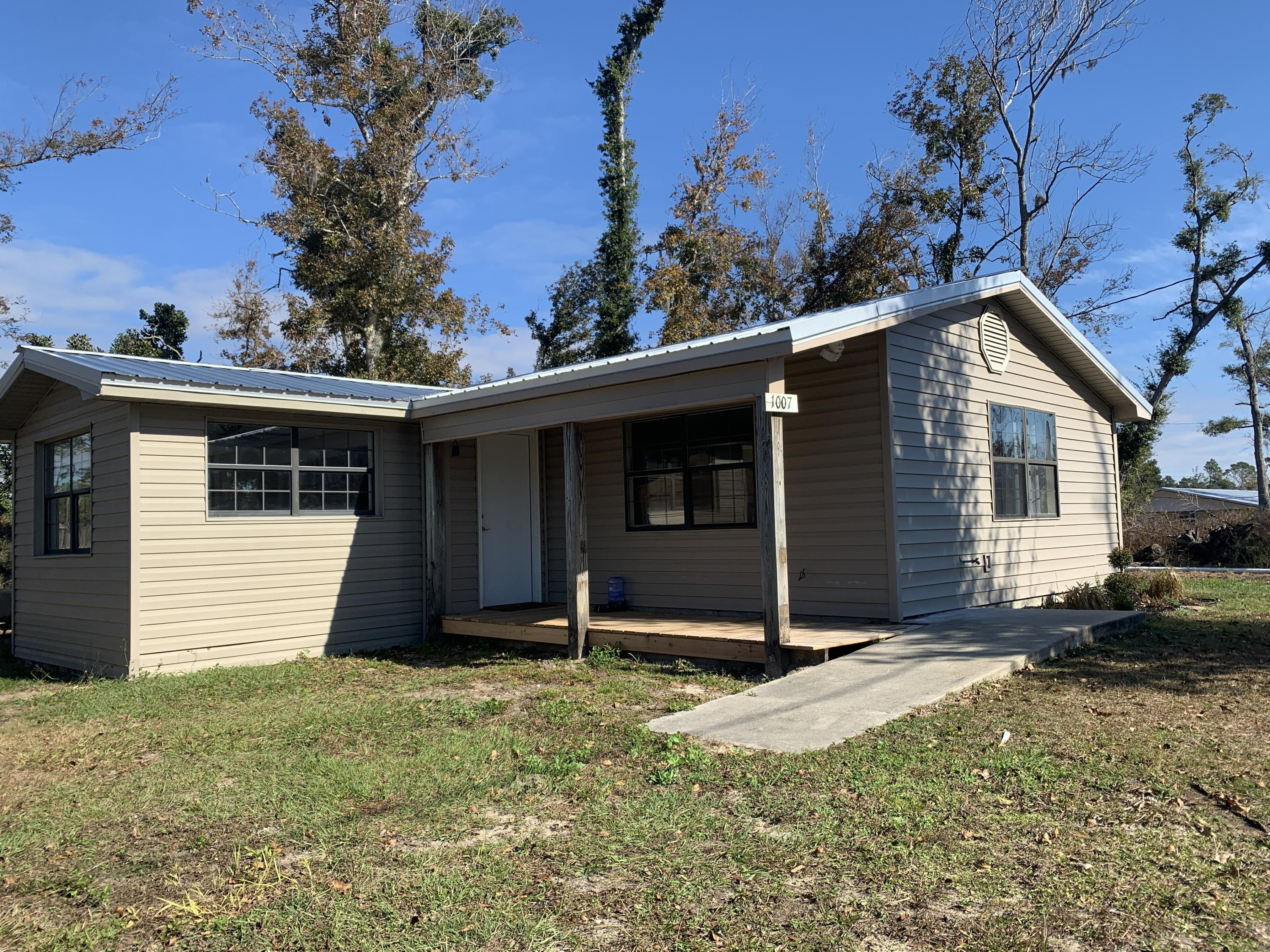 Photo of home for sale at 1007 Hopkins, Southport FL