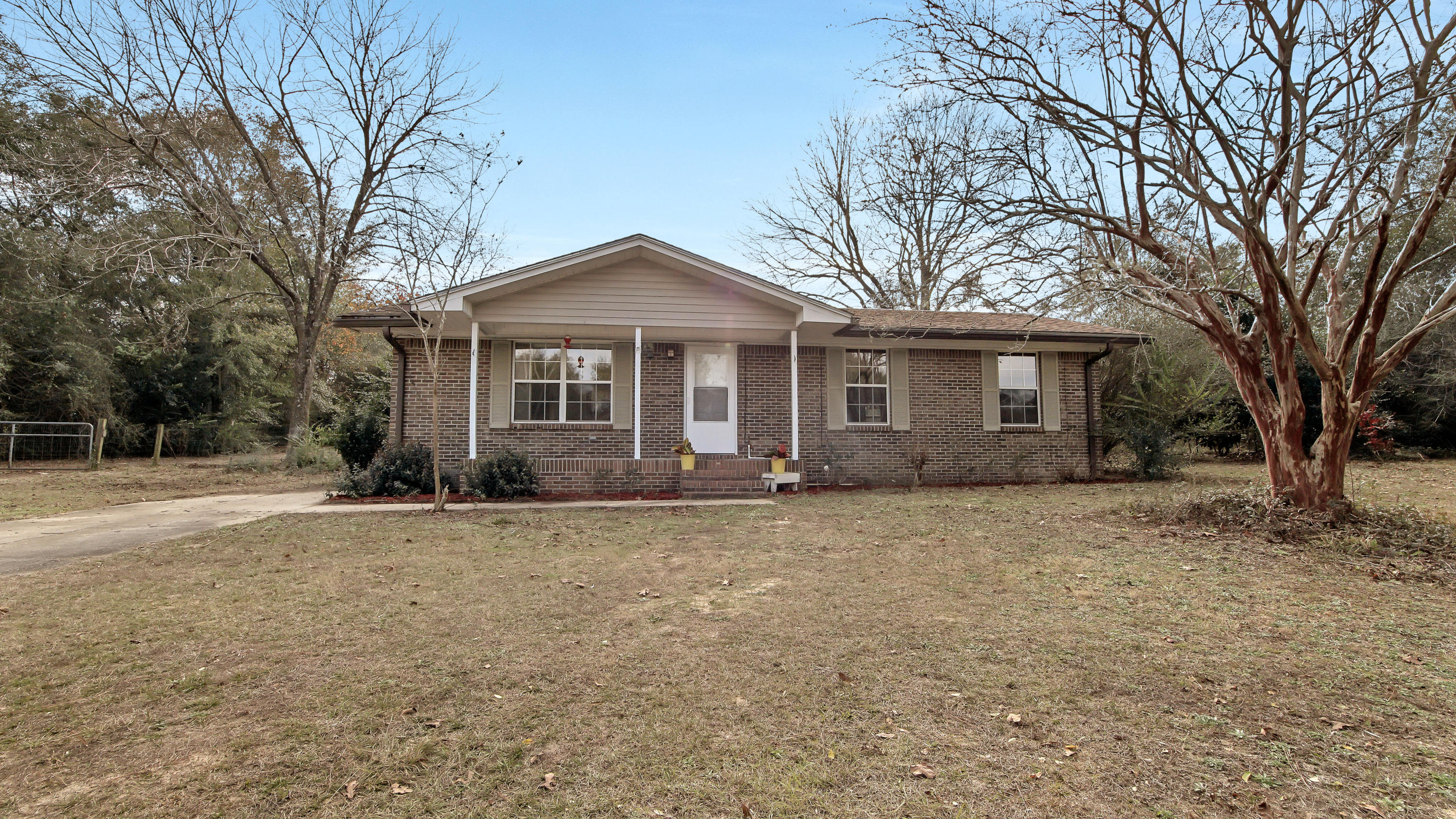 Photo of home for sale at 360 Roberts, Defuniak Springs FL
