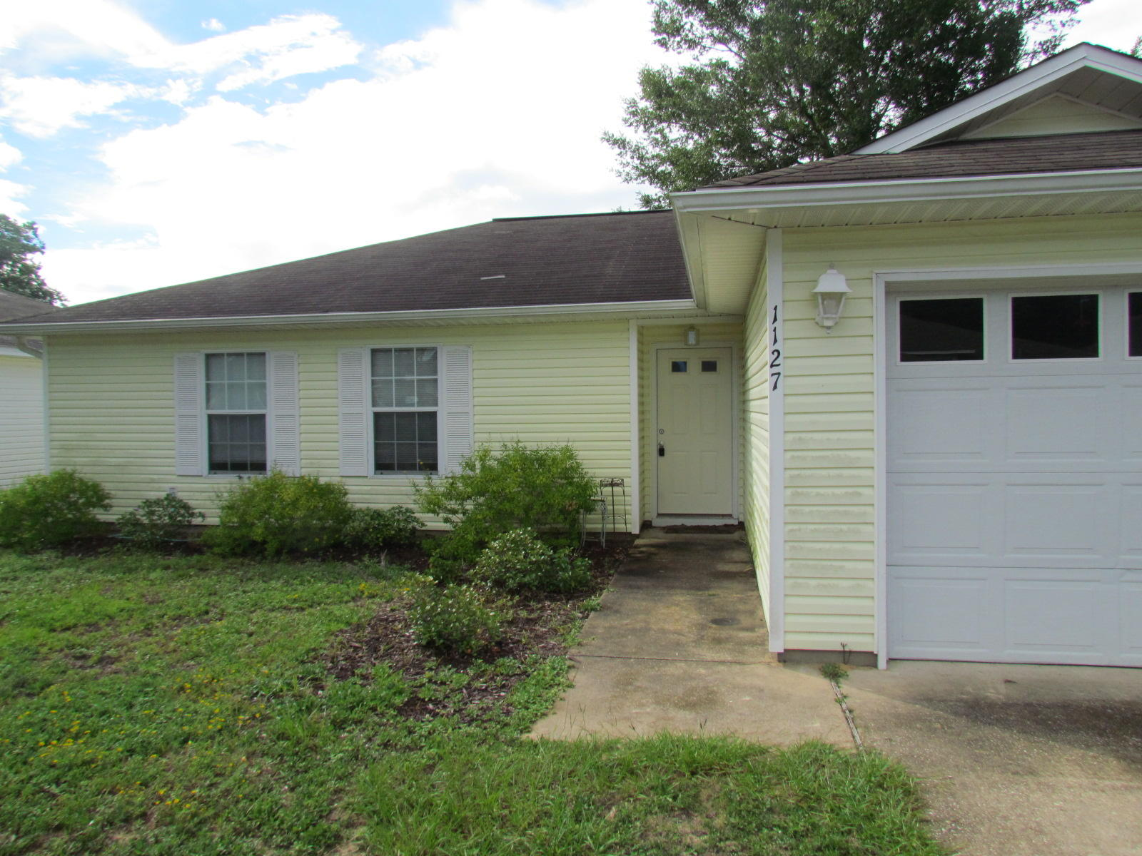 Photo of home for sale at 1127 Ivey, Niceville FL