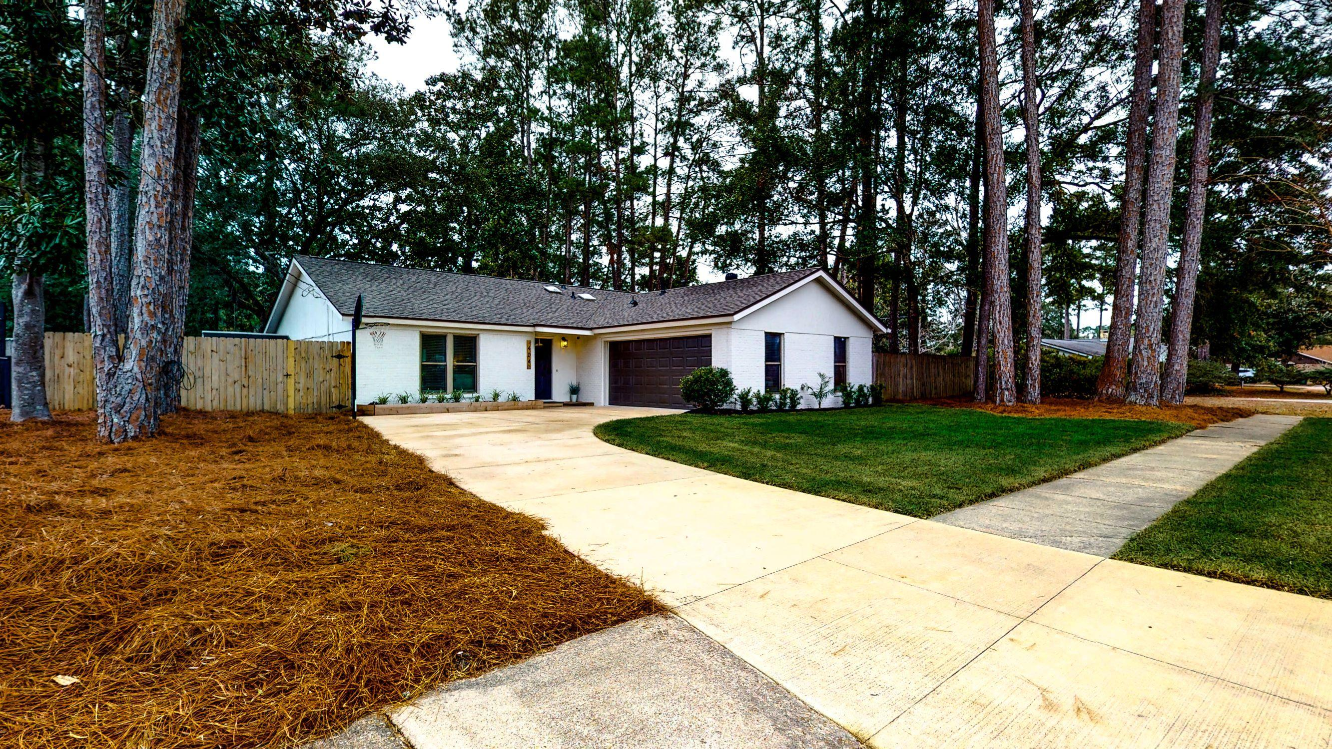 Photo of home for sale at 404 Green Oak, Niceville FL