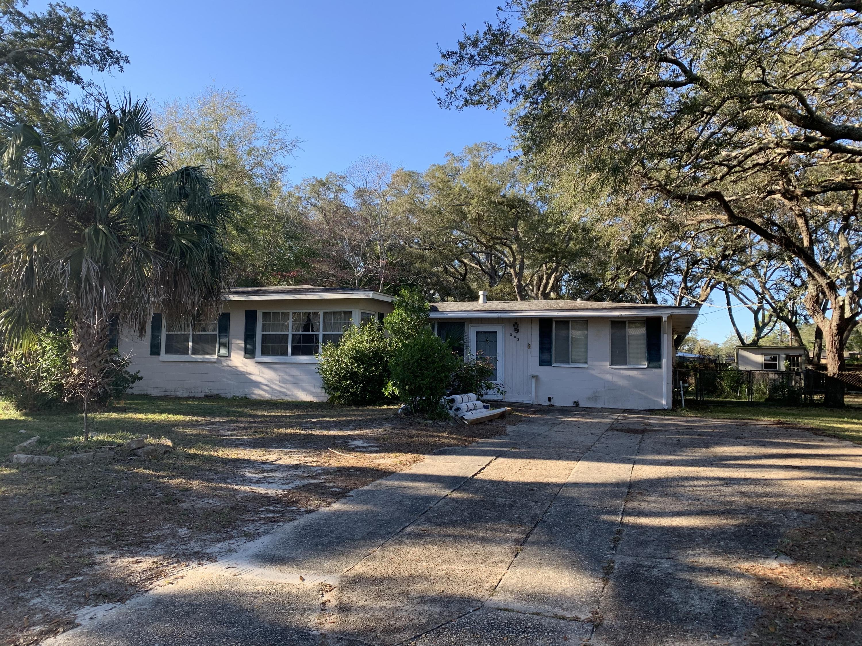 Photo of home for sale at 203 Hawthorne, Fort Walton Beach FL