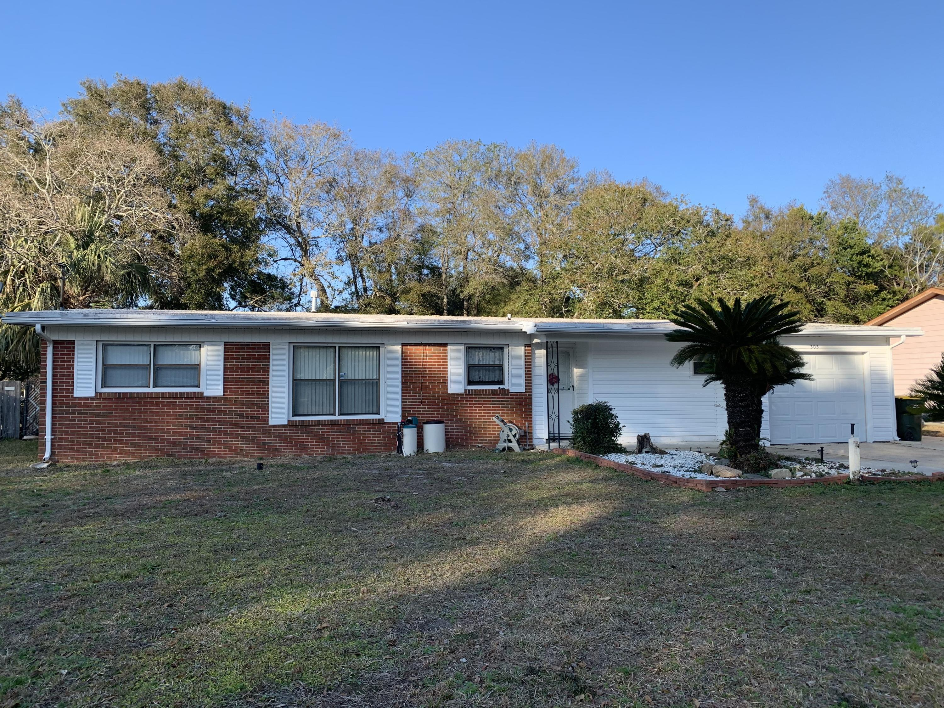 Photo of home for sale at 305 Lake, Fort Walton Beach FL