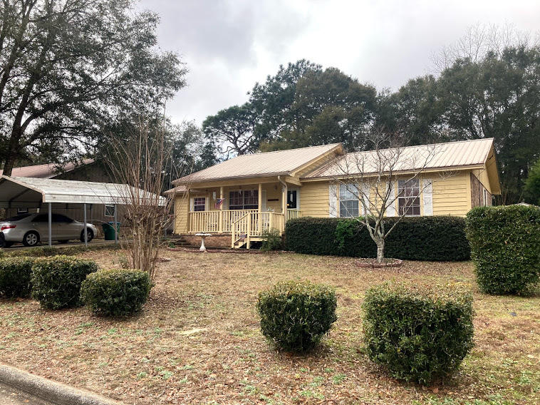 Photo of home for sale at 923 Anderson, Crestview FL