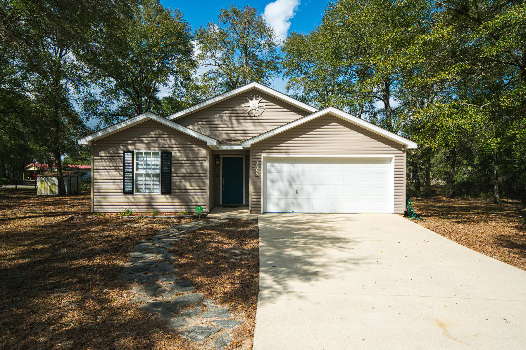 Photo of home for sale at 229 Timber Wind, Defuniak Springs FL