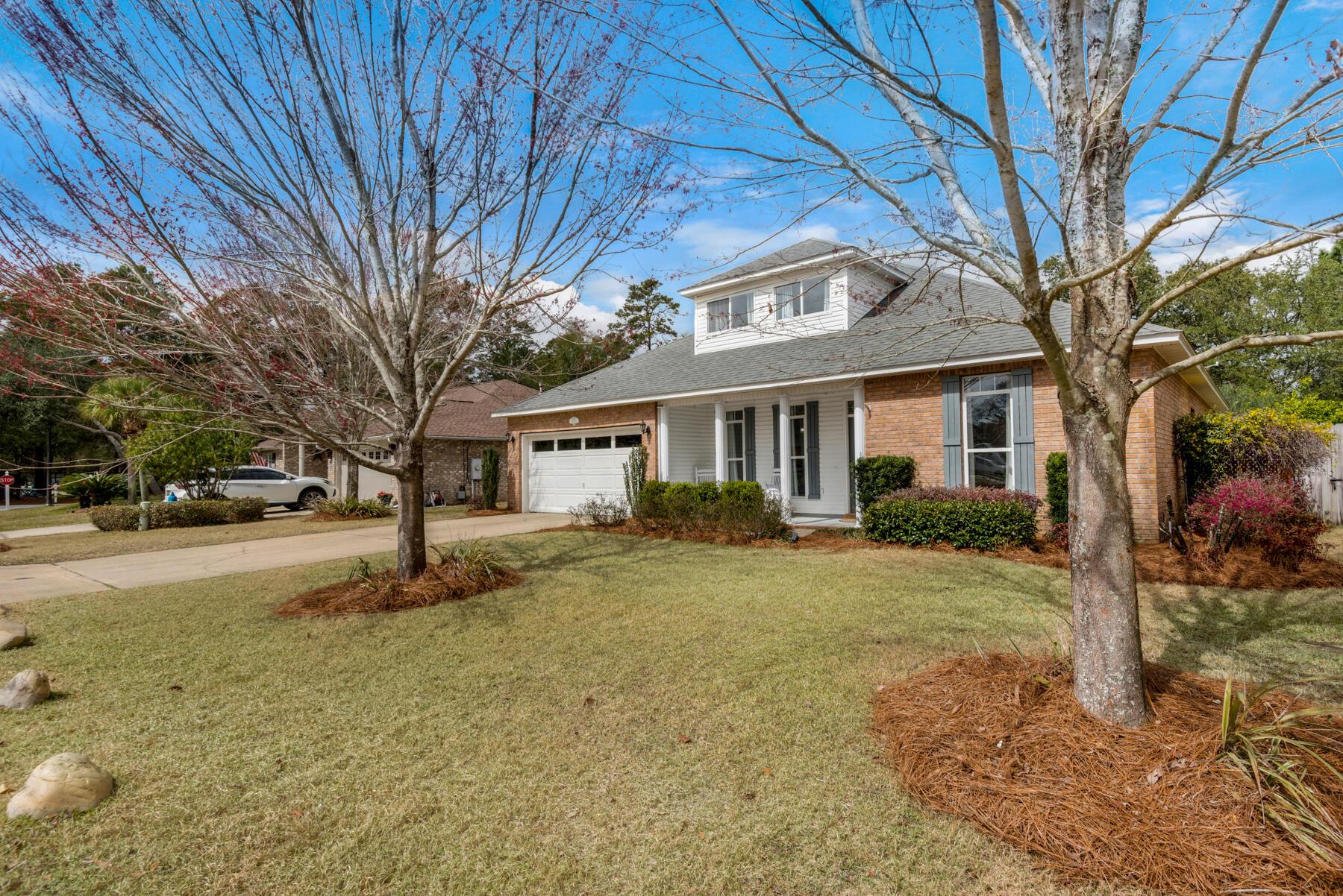 Photo of home for sale at 4551 Castlewood, Niceville FL