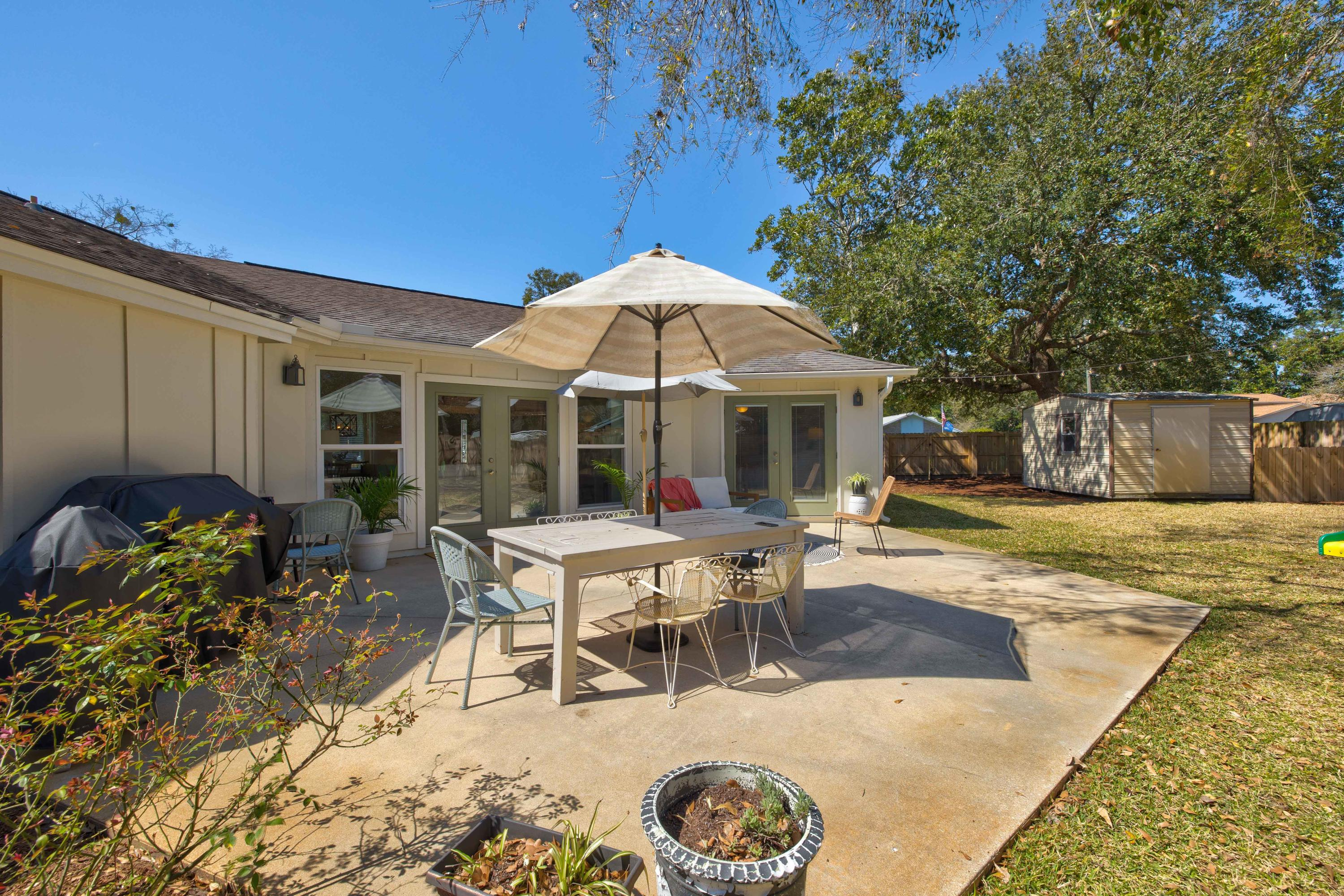 Photo of home for sale at 1147 Pin Oak, Niceville FL