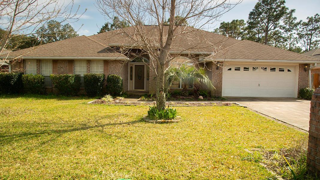 Photo of home for sale at 6993 Brighton Oaks, Navarre FL