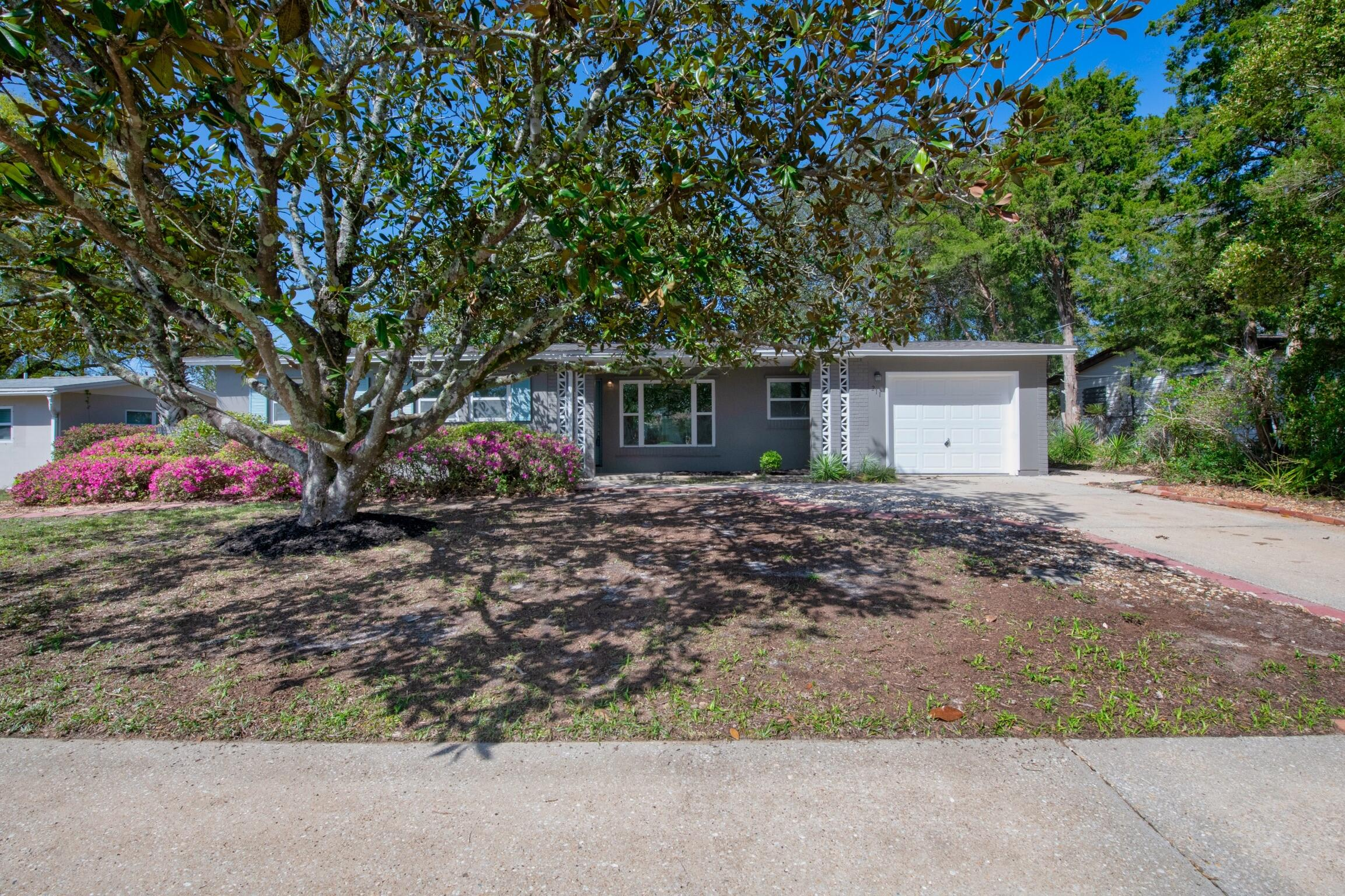 Photo of home for sale at 211 Gregory, Mary Esther FL