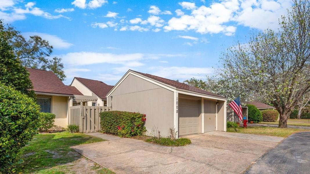 Photo of home for sale at 700 Bay Drive, Unit, Niceville FL